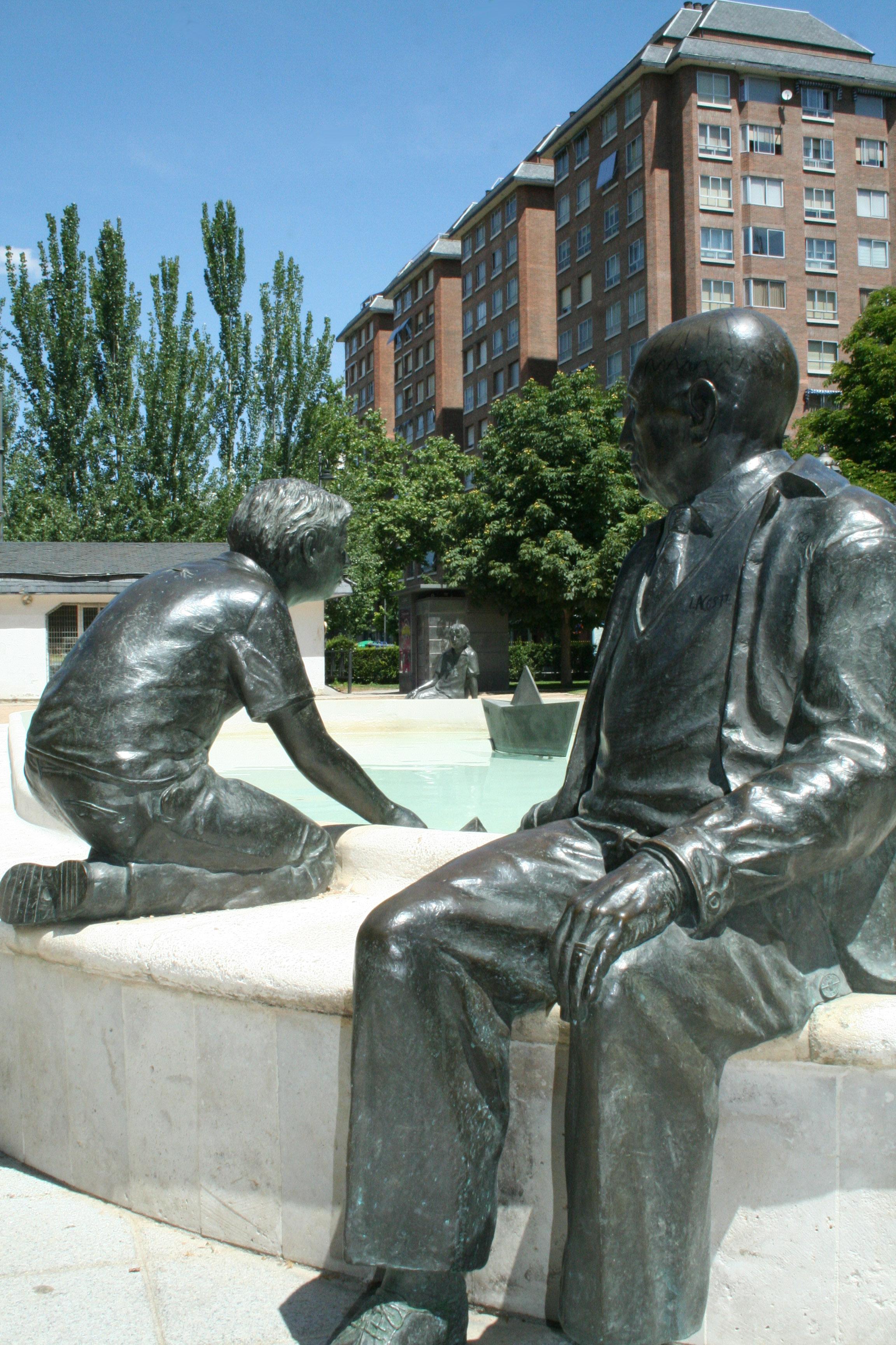 Sculpture of ''Jorge Guillén'' in los Jardines del Poniente de Valladolid