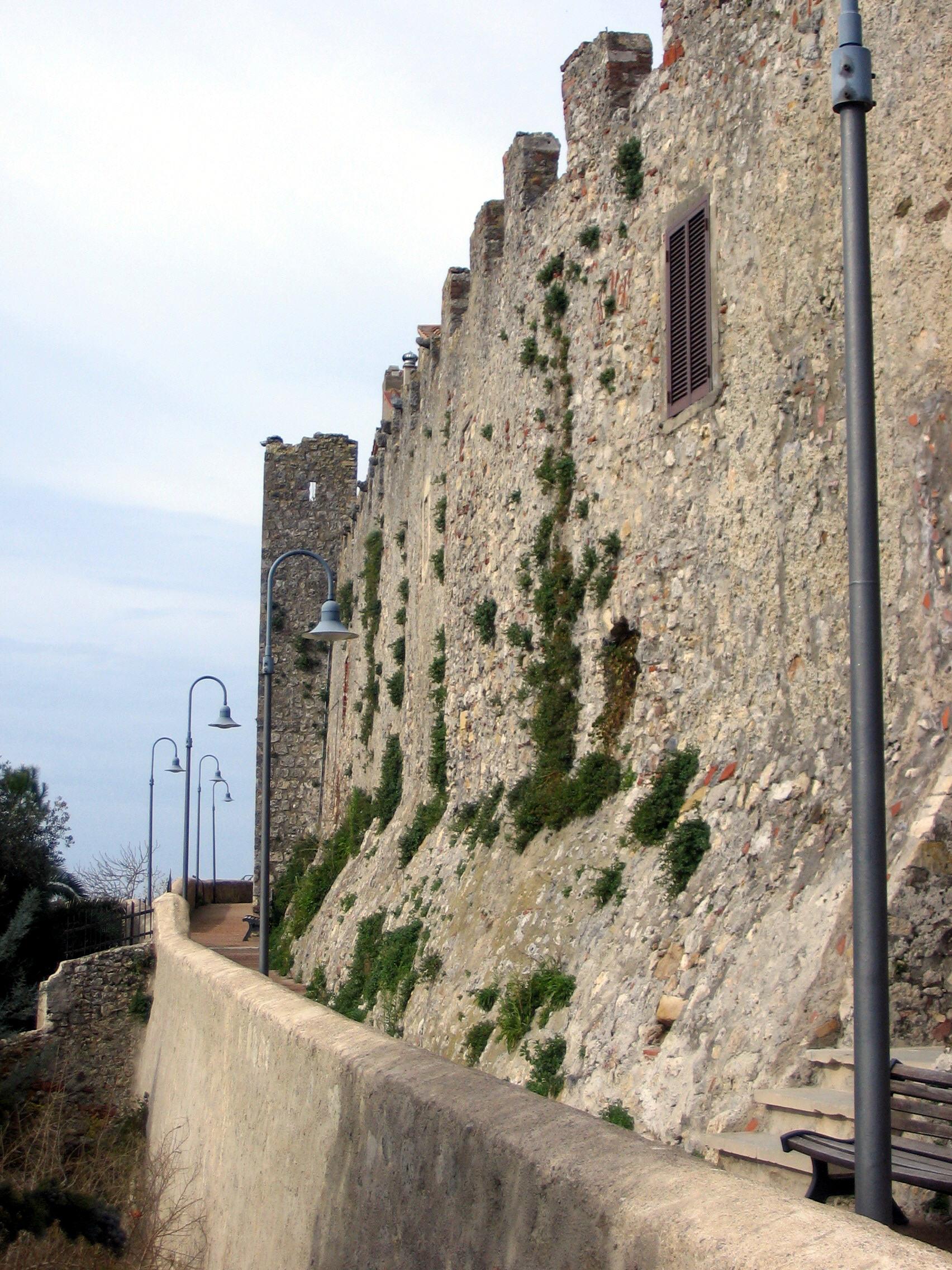 Mura di Capalbio, Particolare del camminamento di ronda