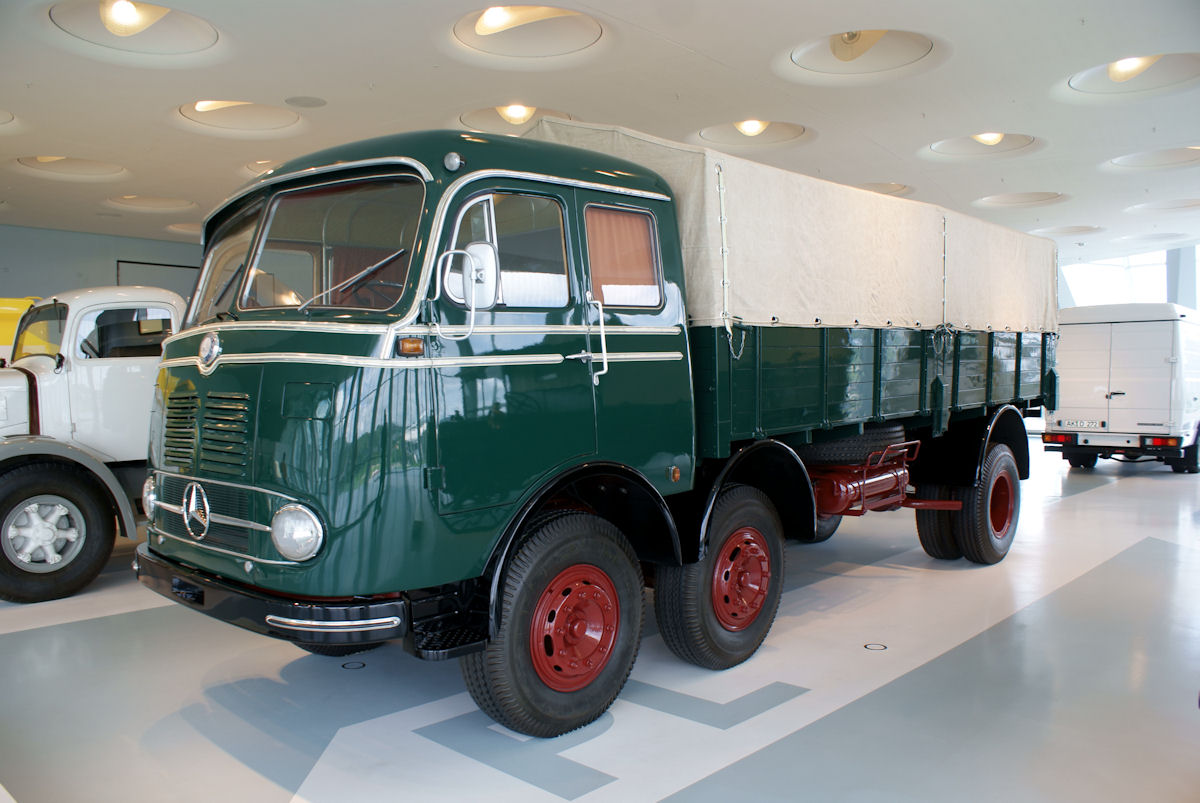 Mercedes Benz LPS 333 Bildlink WIKIPEDA Von Valder137 - Mercedes-Benz_LP_333_1959_Pritschenwagen_LSideFront_MBMuse_9June2013, CC BY 2.0, https://commons.wikimedia.org/w/index.php?curid=35672685