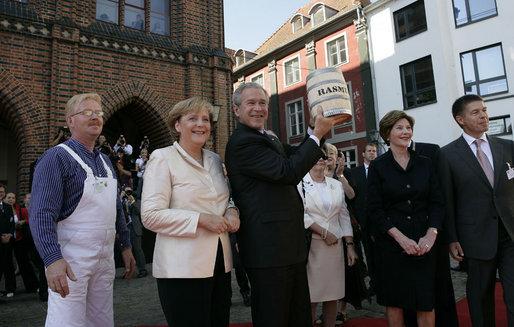 File:Merkel-Bush-L.Bush-Sauer.jpg