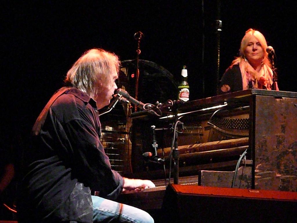 Neil y su mujer Pegi Young durante un concierto en el Trent FM Arena de Nottingham.