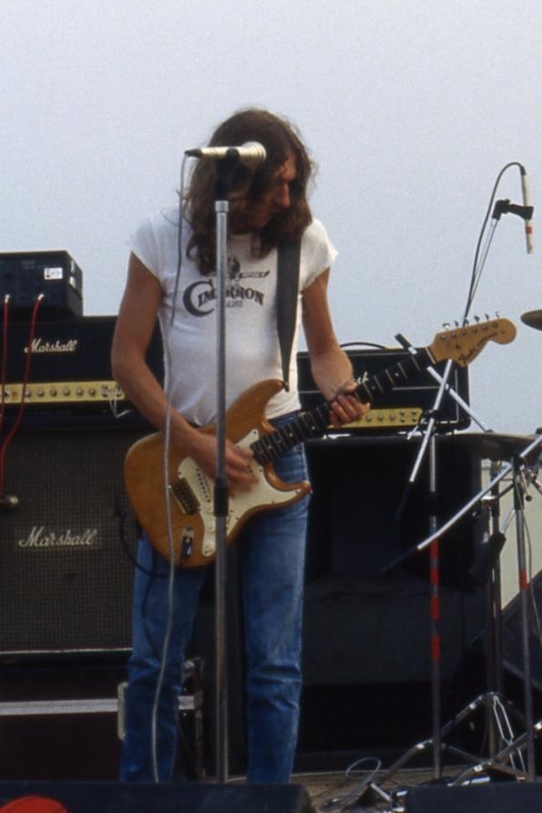Rosendo actuando en 1981 como miembro de Leño.