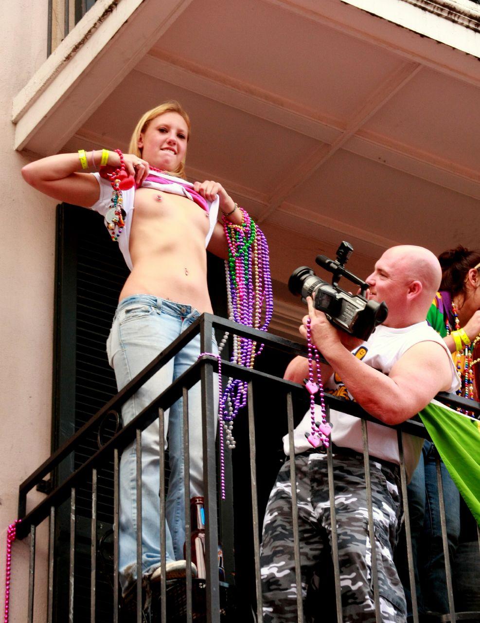 Frau zeigt öffentlich ihre nackten Brüste vor laufender Kamera.