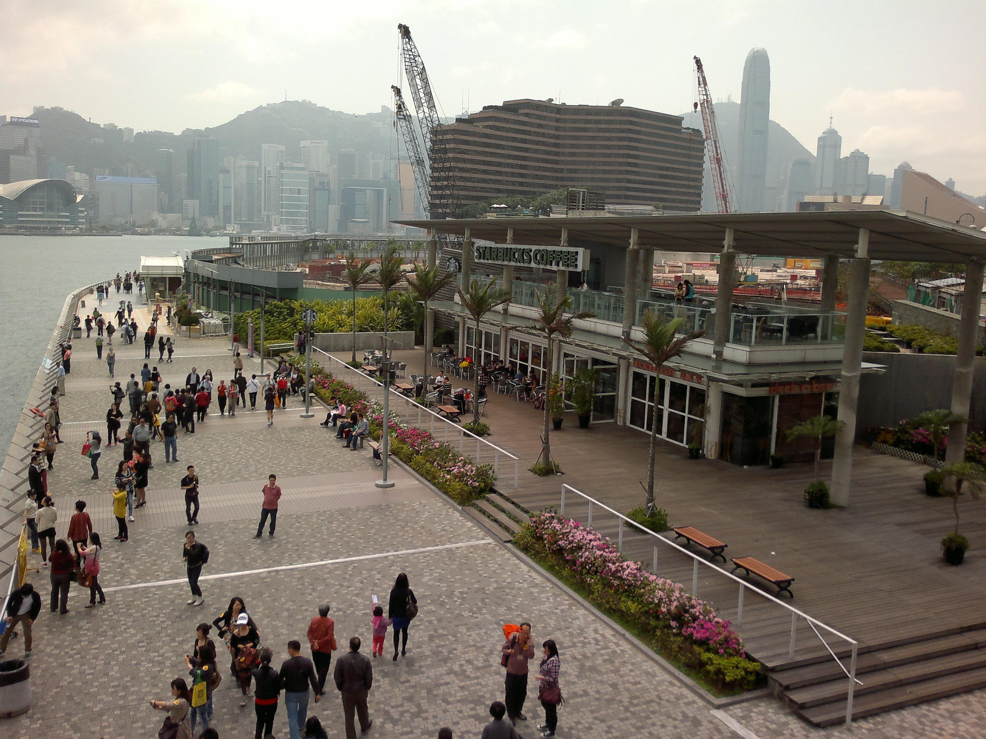 Anda dapat menelusuri Tsim Sha Tsui Promenade pada siang atau malam hari.