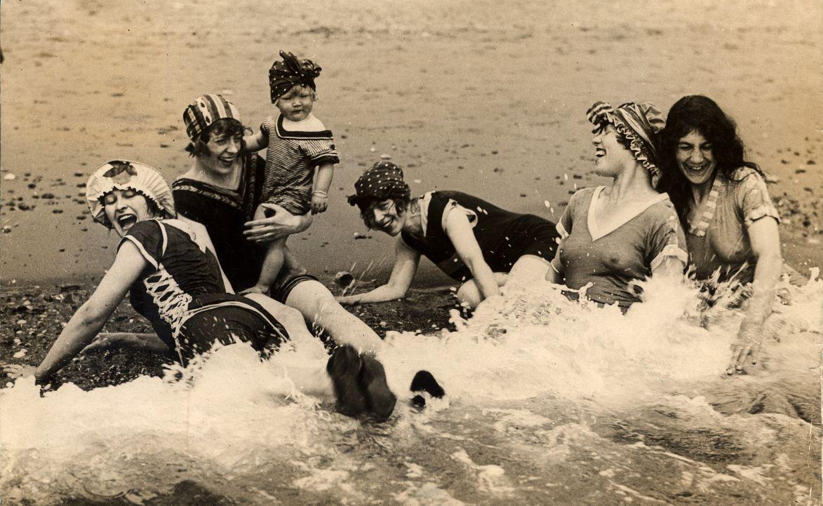 File:Vrouwen in de branding - Women having fun in the sea (3585331105).jpg - Wikimedia Commons