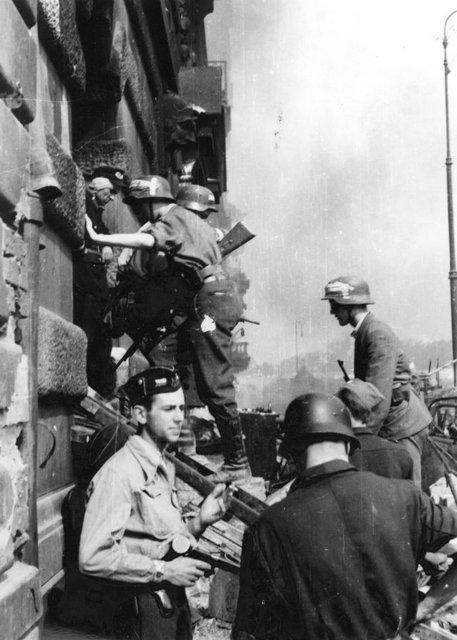 l'insurection de Varsovie Warsaw_Uprising_by_Lokajski_-_Kilinski_at_PASTa_-_3895