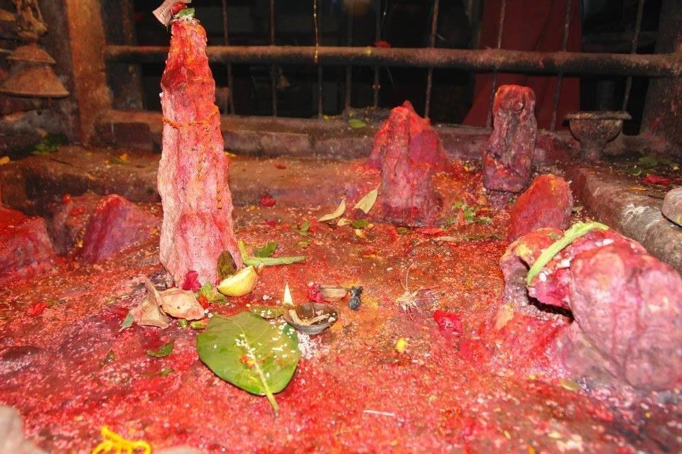 सिन्धुलिको हरिहरपुरगढी गाउँपालिमा प्राकृतिक शिव लिंङग लगाएतका देवि देवताका आकृतिहरु फेला !!