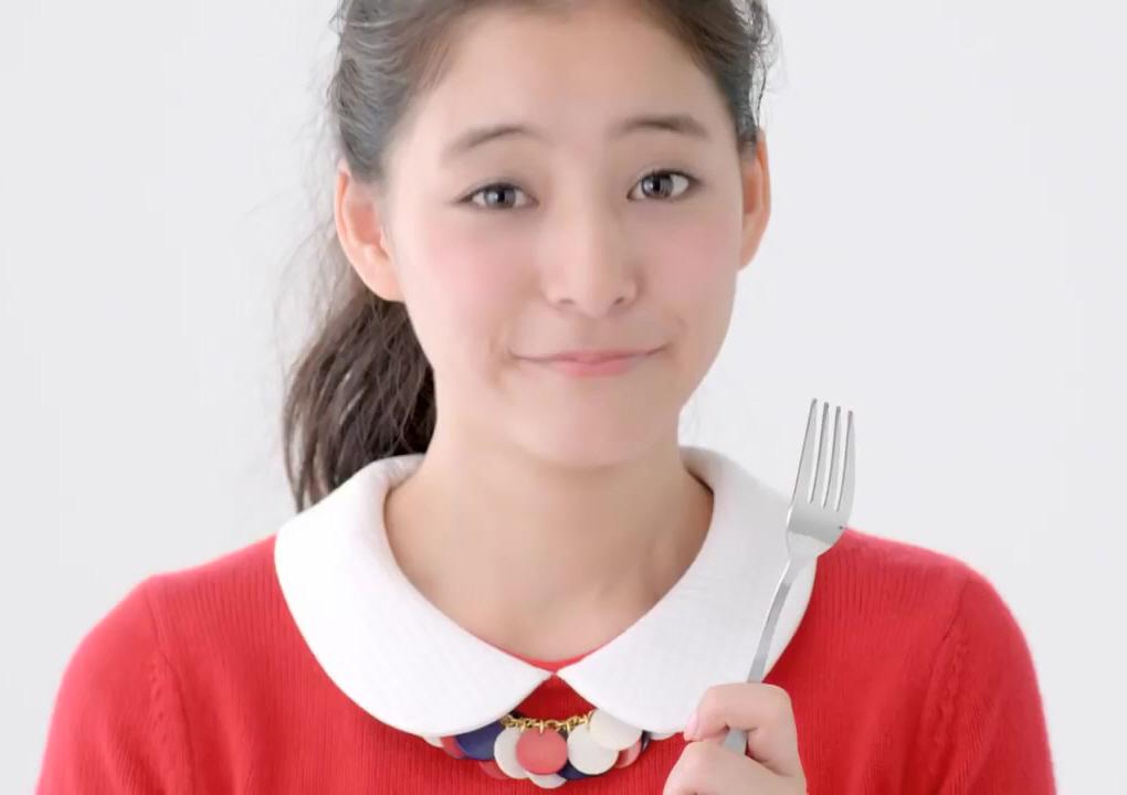 フォークを持って嬉しそうな新木優子さん