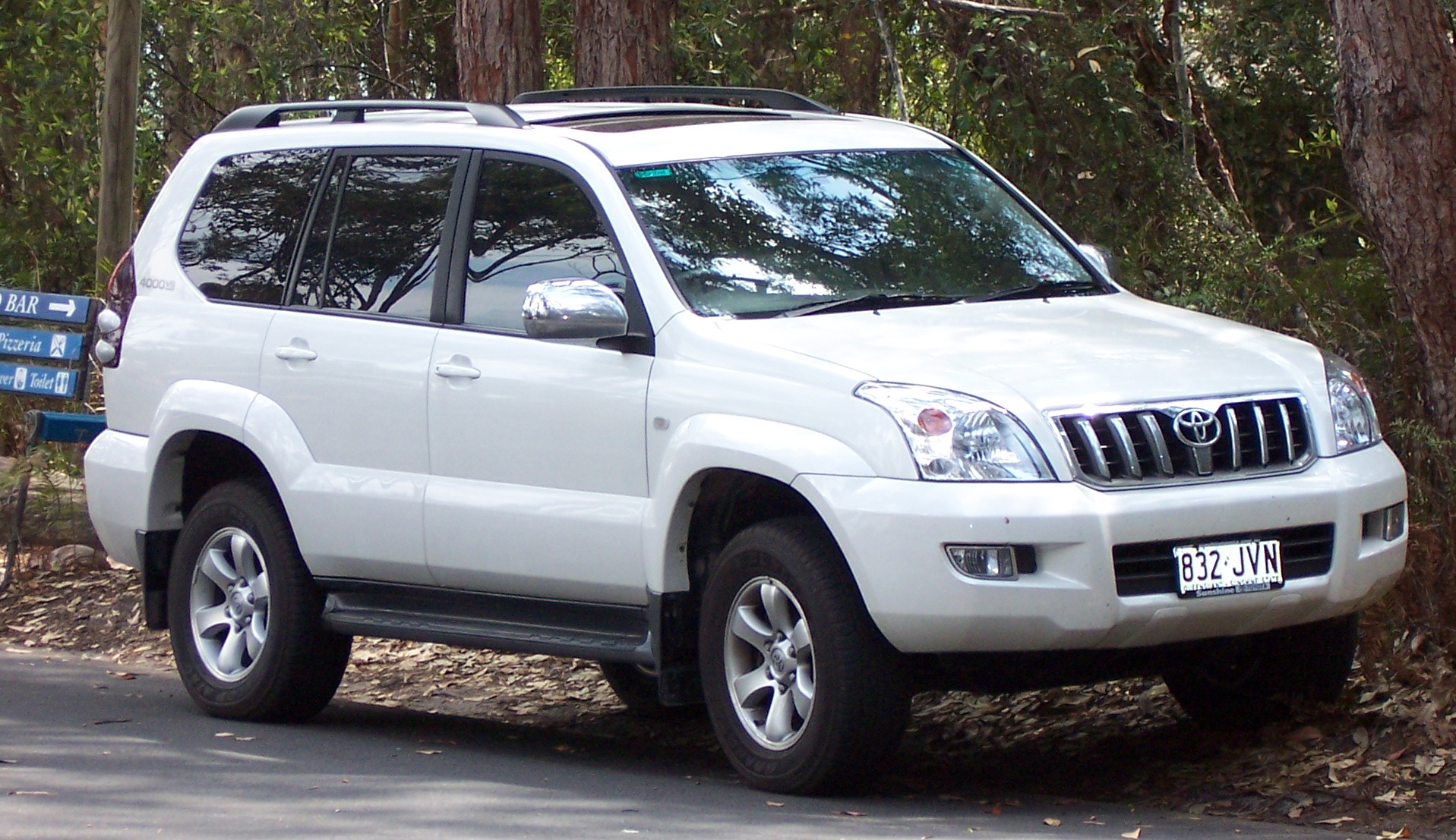 File:2003-2007 Toyota Land Cruiser Prado (GRJ120R) 02.jpg - Wikimedia Commons
