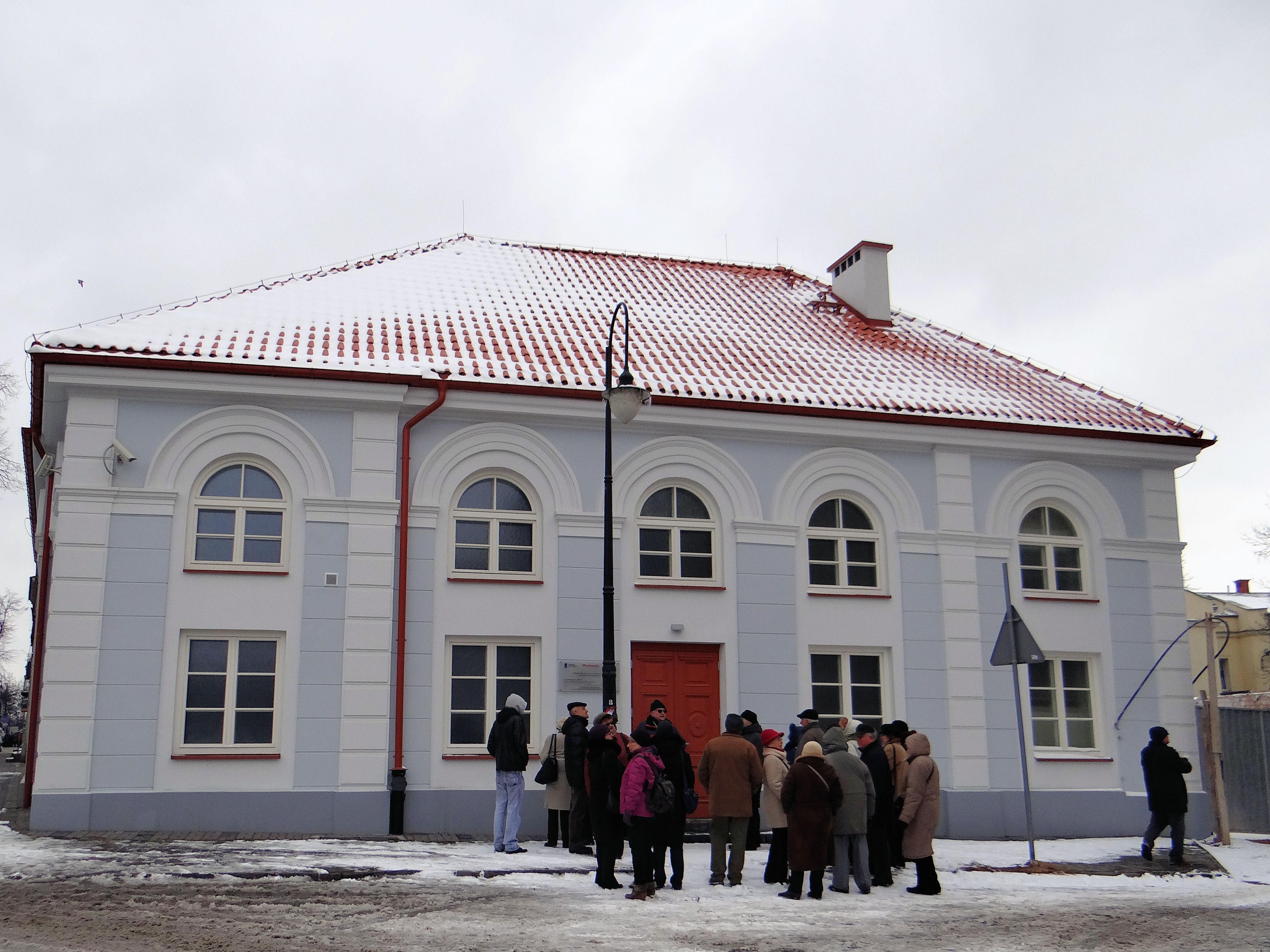 https://upload.wikimedia.org/wikipedia/commons/b/b4/2013_Small_Synagogue_in_P%C5%82ock_-_01.jpg