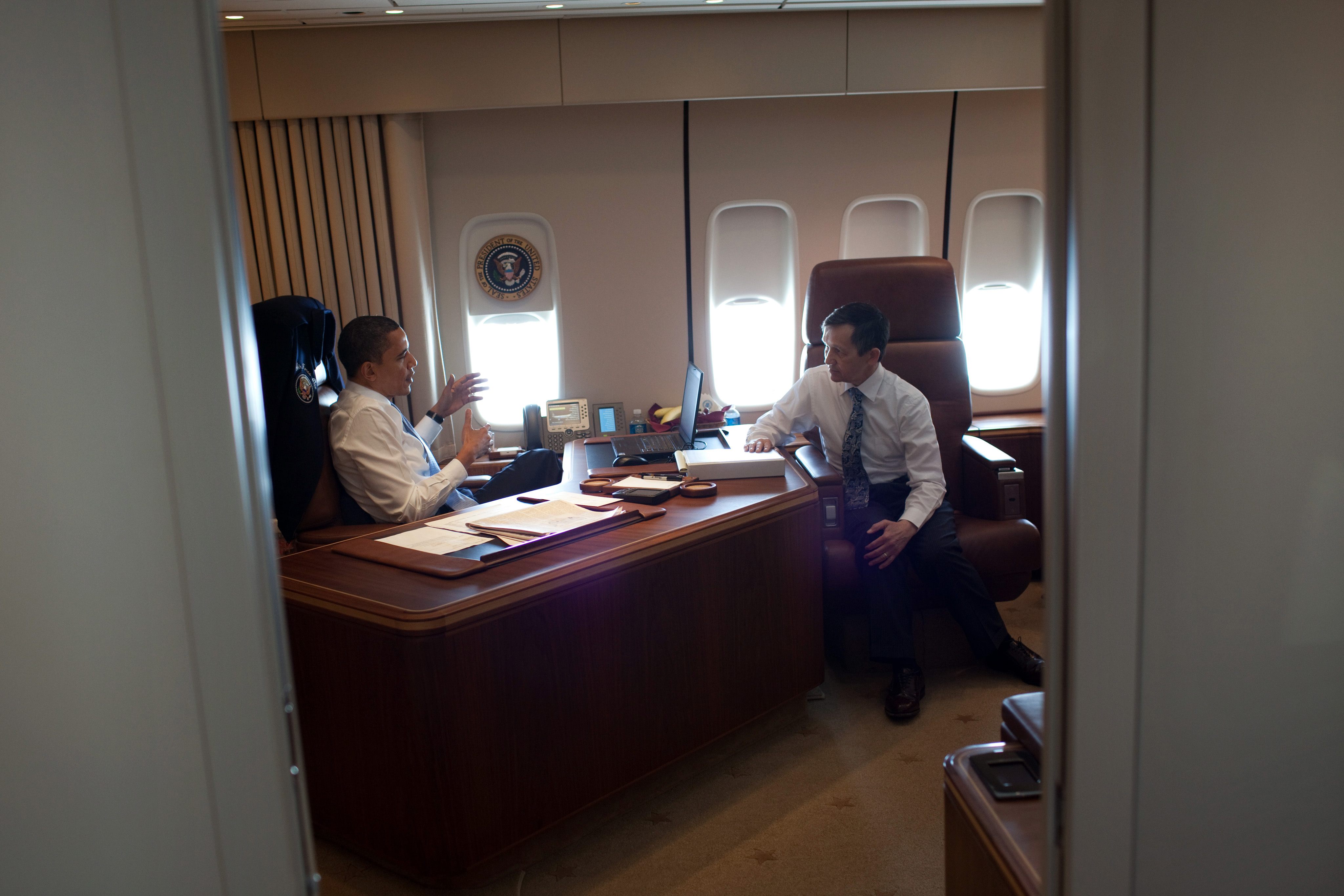 air force 1 office. File:Air Force One Office Obama Kucinich.jpg Air 1