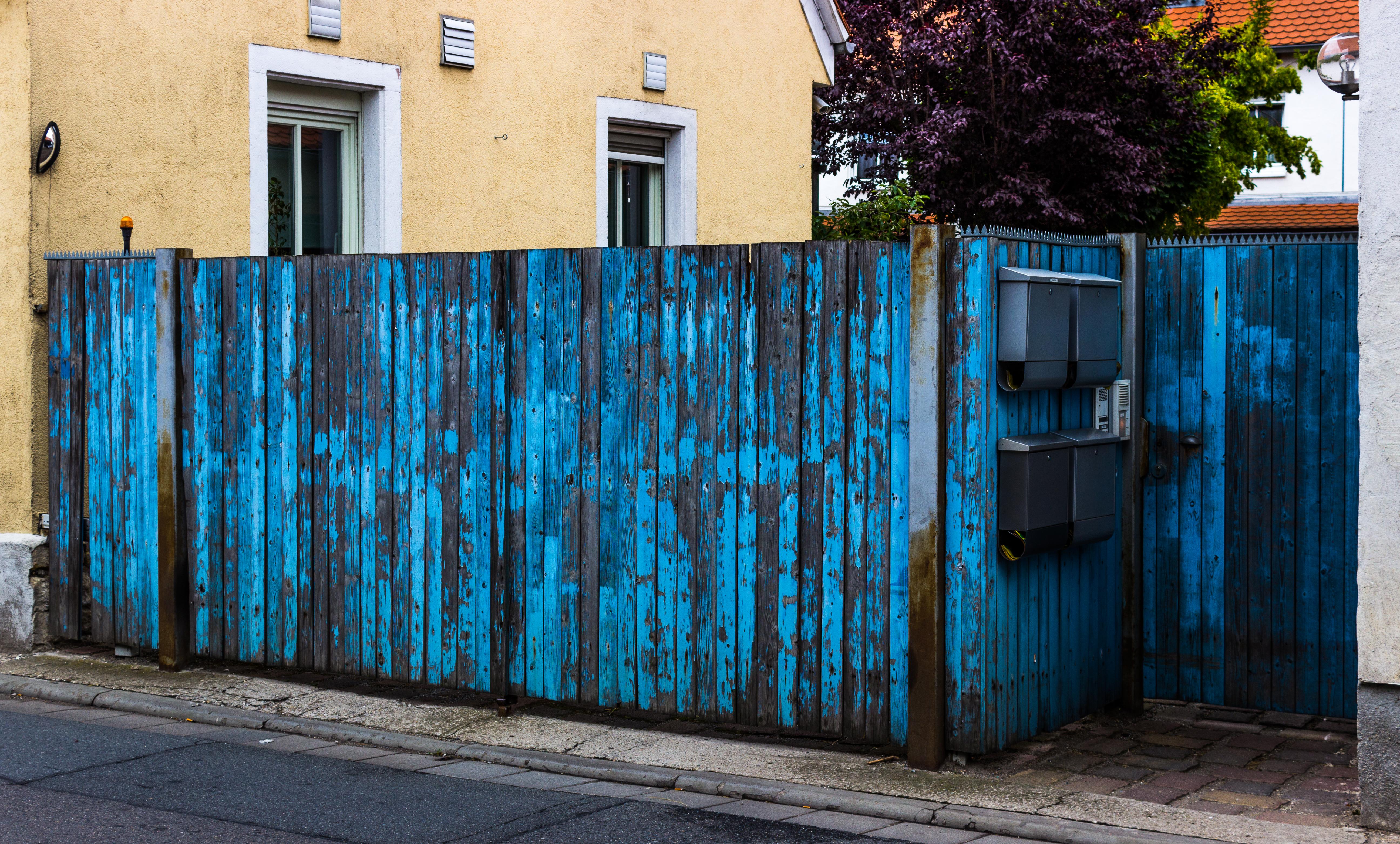 File:Alt Blau Holz-Zaun.jpg - Wikimedia Commons