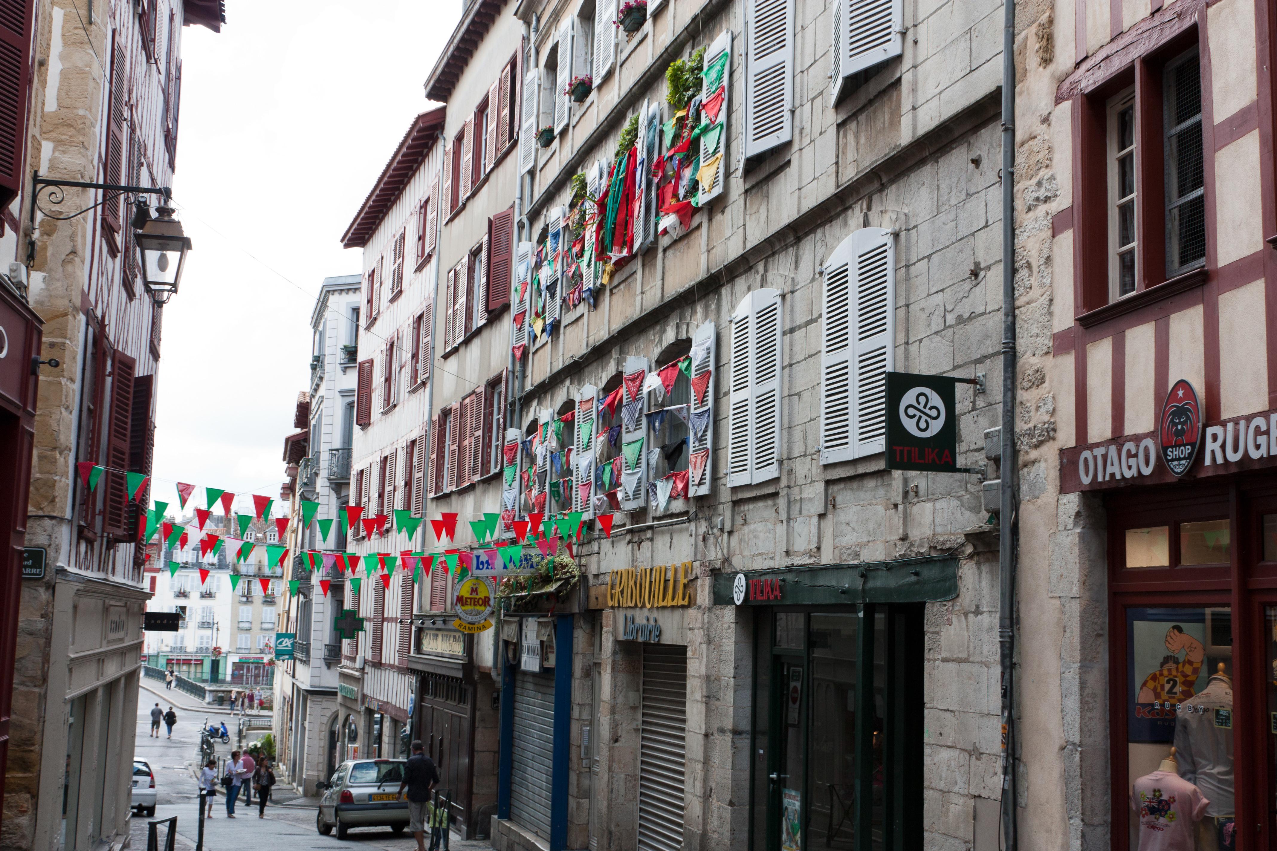 File bayonne rue poissonnerie wikimedia commons - Peinture bayonne ...