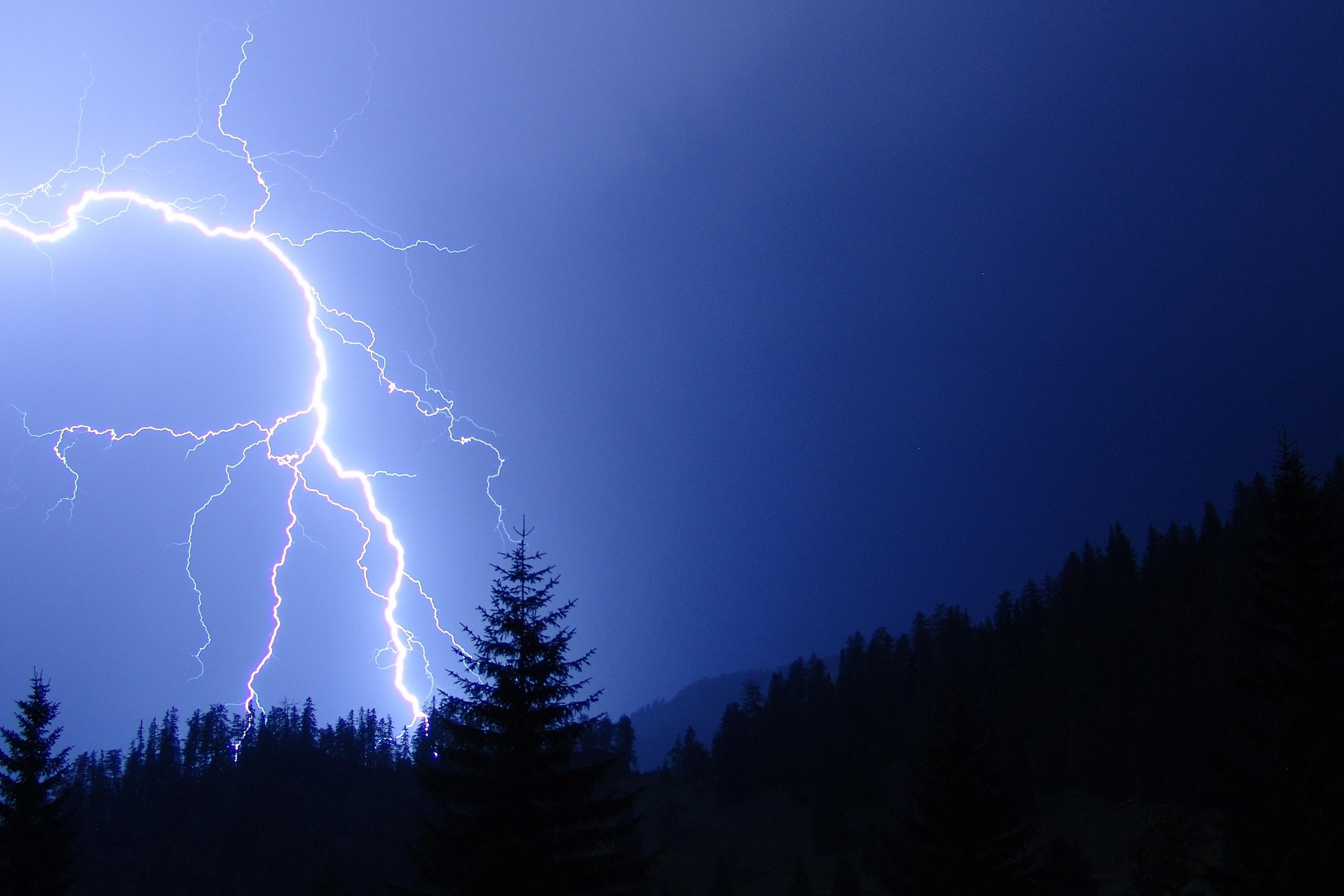 Datei:Blitz Gewitter in den Bergen.jpg – Wikipedia