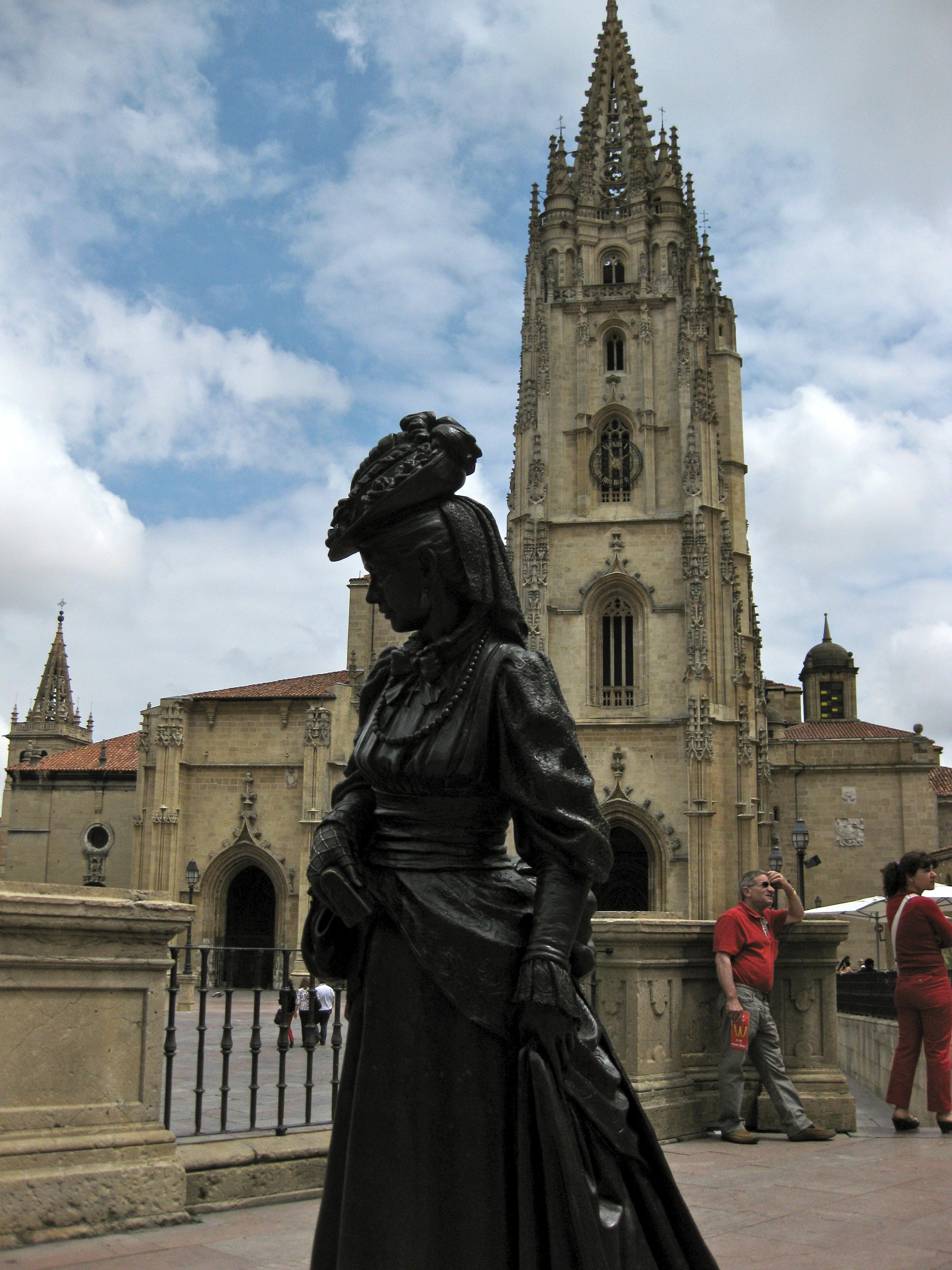 File:Catedral de San Salvador y la Regenta.jpg