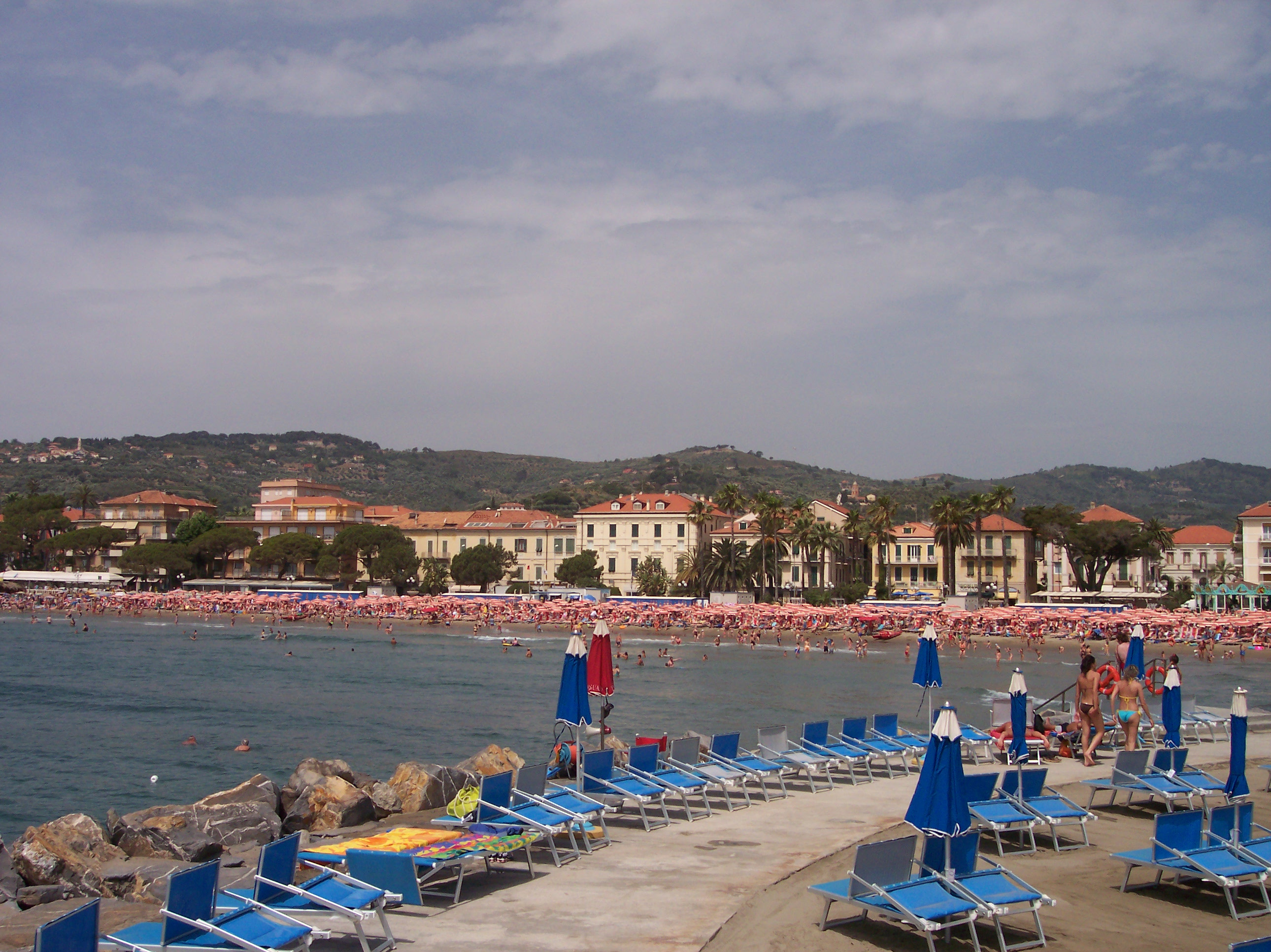 https://upload.wikimedia.org/wikipedia/commons/b/b4/Diano-marina-italy.jpg