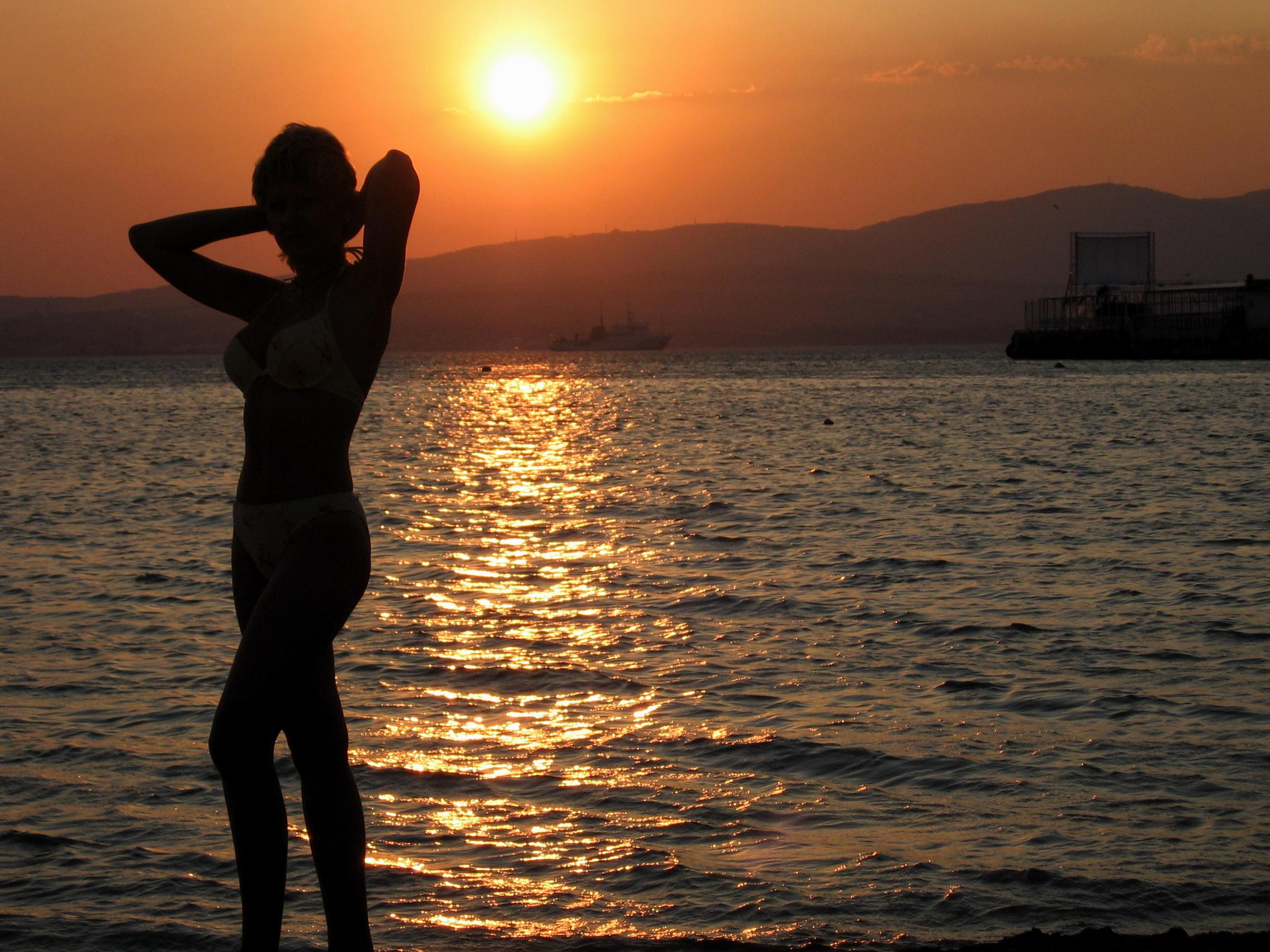 Фото девушек спиной у моря вечернего