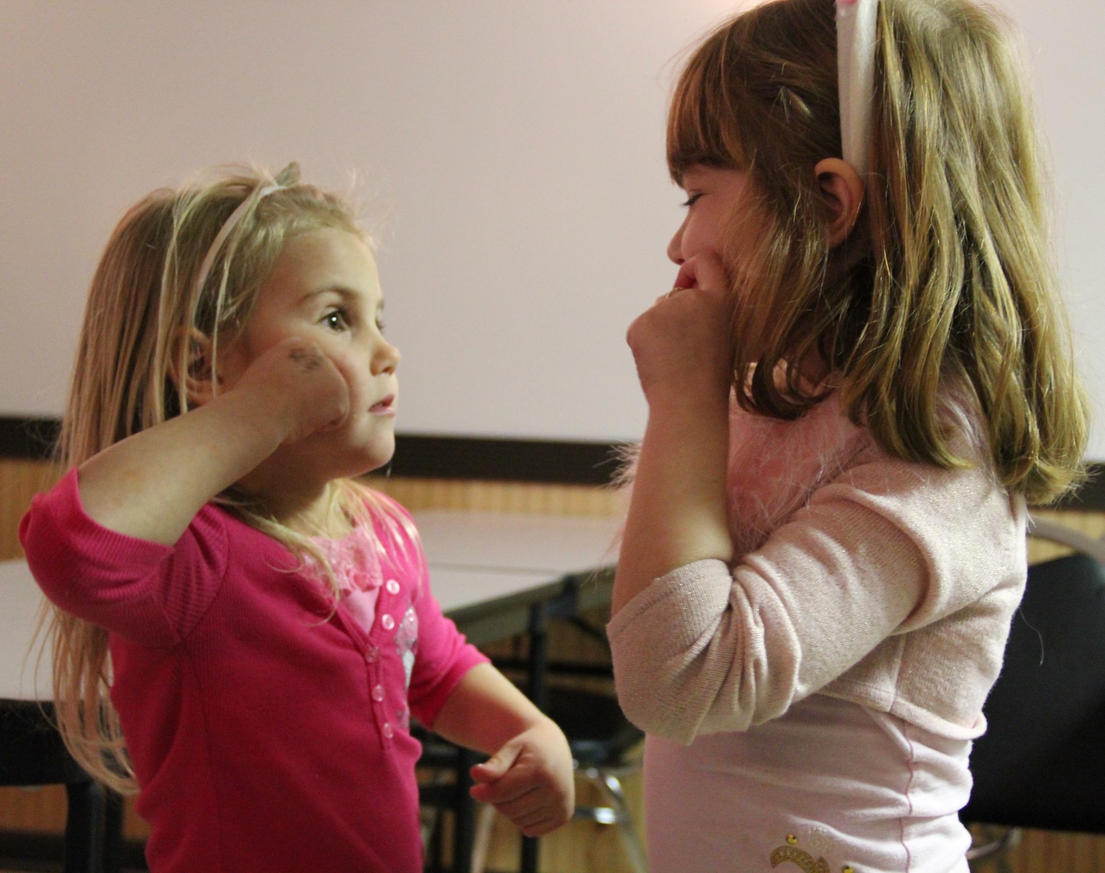 Girls learning sign language Using Baby Signs to Communicate with Preverbal Infants