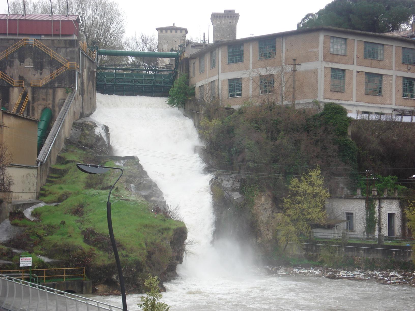 File isola del liri cascata del valcatoio 2008 jpg for Cascata laghetto