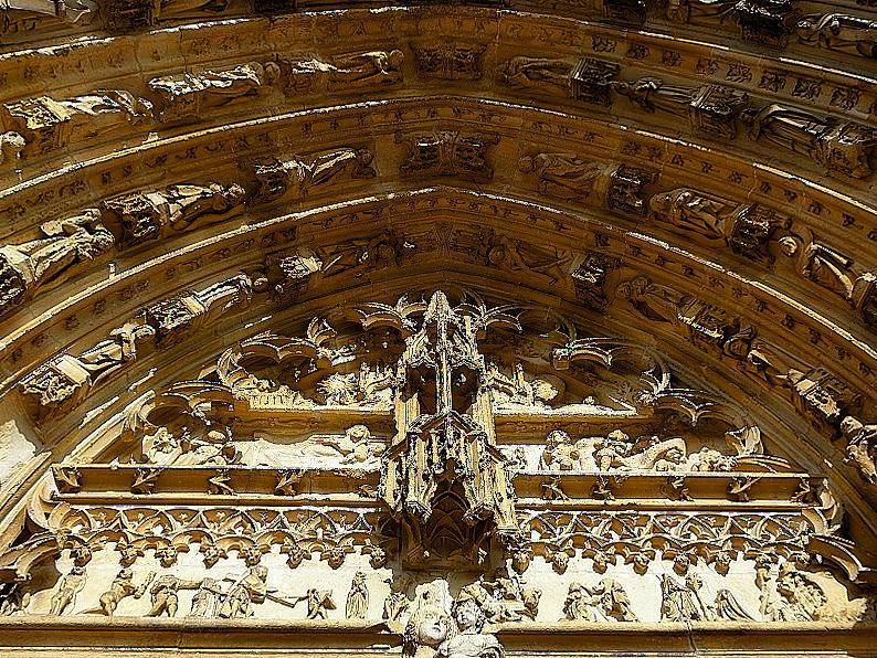 Portail central de la basilique Notre-Dame de l'Épine (51). Tympan.