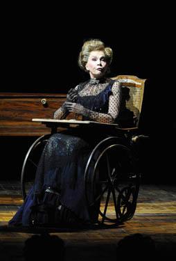 Leslie Caron dans la comédie musicale A Little Night Music au théâtre du Châtelet en 2010. | Photo : Wikimedia.