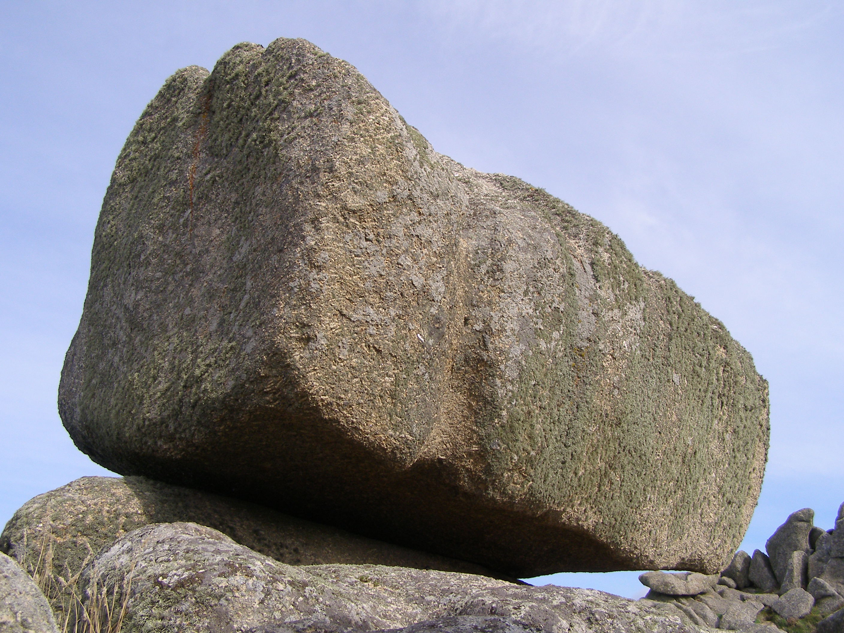 https://upload.wikimedia.org/wikipedia/commons/b/b4/Logan_Rock_Treen_closeup.jpg