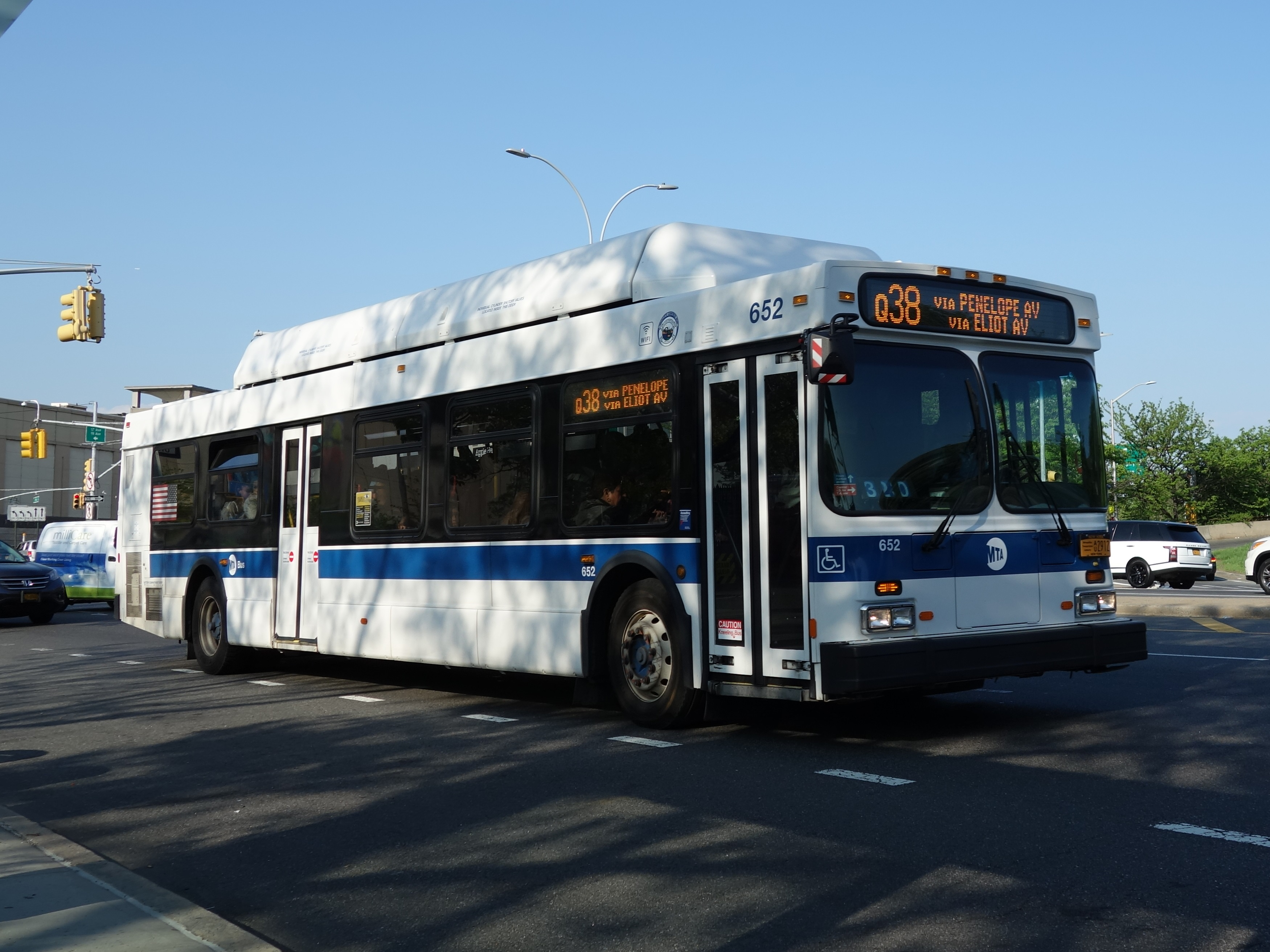 https://upload.wikimedia.org/wikipedia/commons/b/b4/MTA_Hoffman_Drive_21.jpg