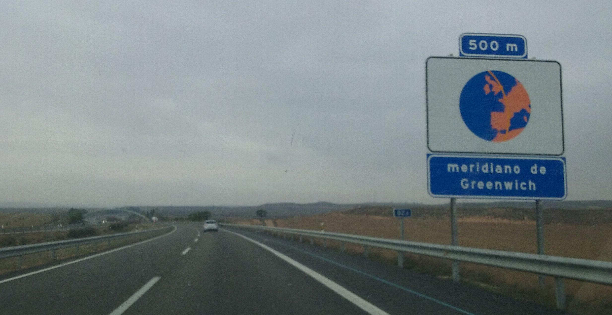 Señal indicativa del paso del meridiano de Greenwich (ED-50) sobre la autopista AP-2 en las inmediaciones de Fraga (Huesca).