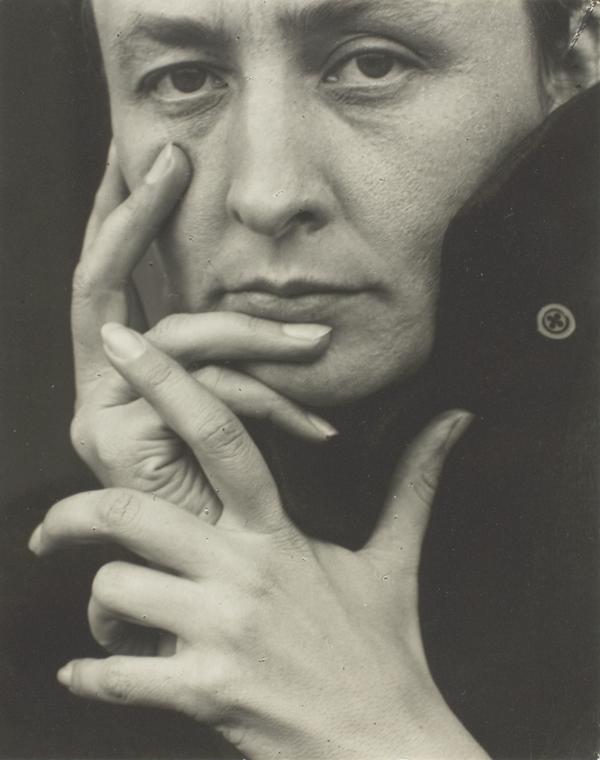 ''Georgia O'Keeffe, hands'' 1918, photo by [[Alfred Stieglitz]]