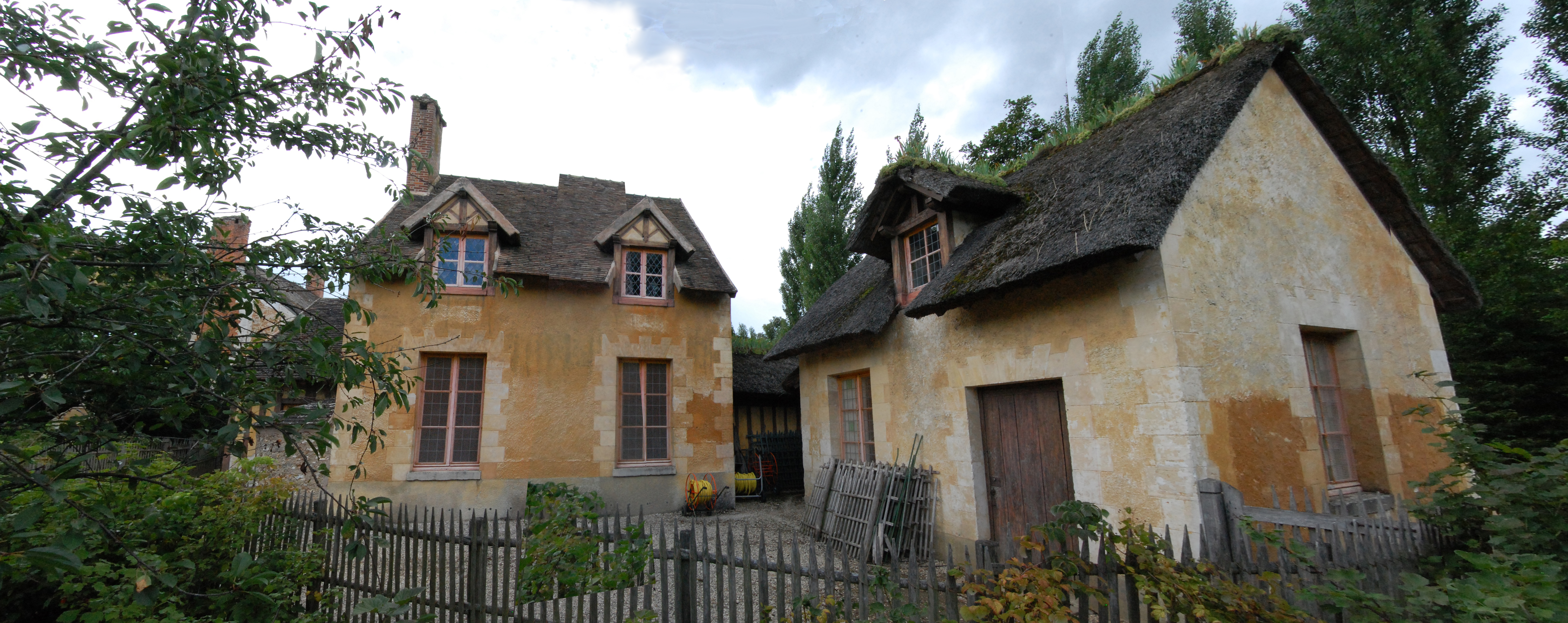 http://upload.wikimedia.org/wikipedia/commons/b/b4/Panoramique_-_R%C3%A9chauffoir_du_hameau_de_la_Reine.jpg