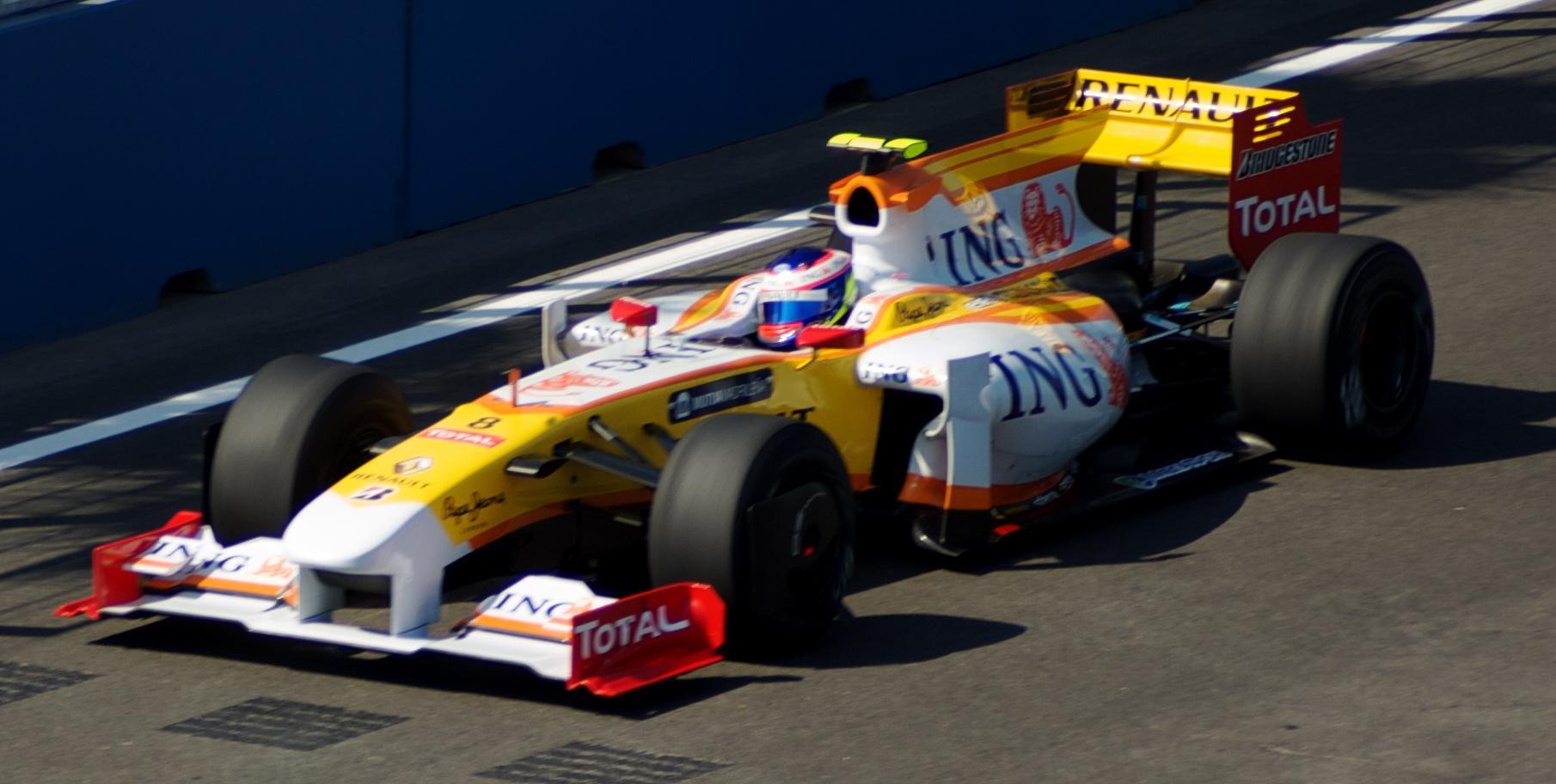 Halverwege 2009 wordt Piquet Jr. vervangen door een piepjonge Romain Grosjean.