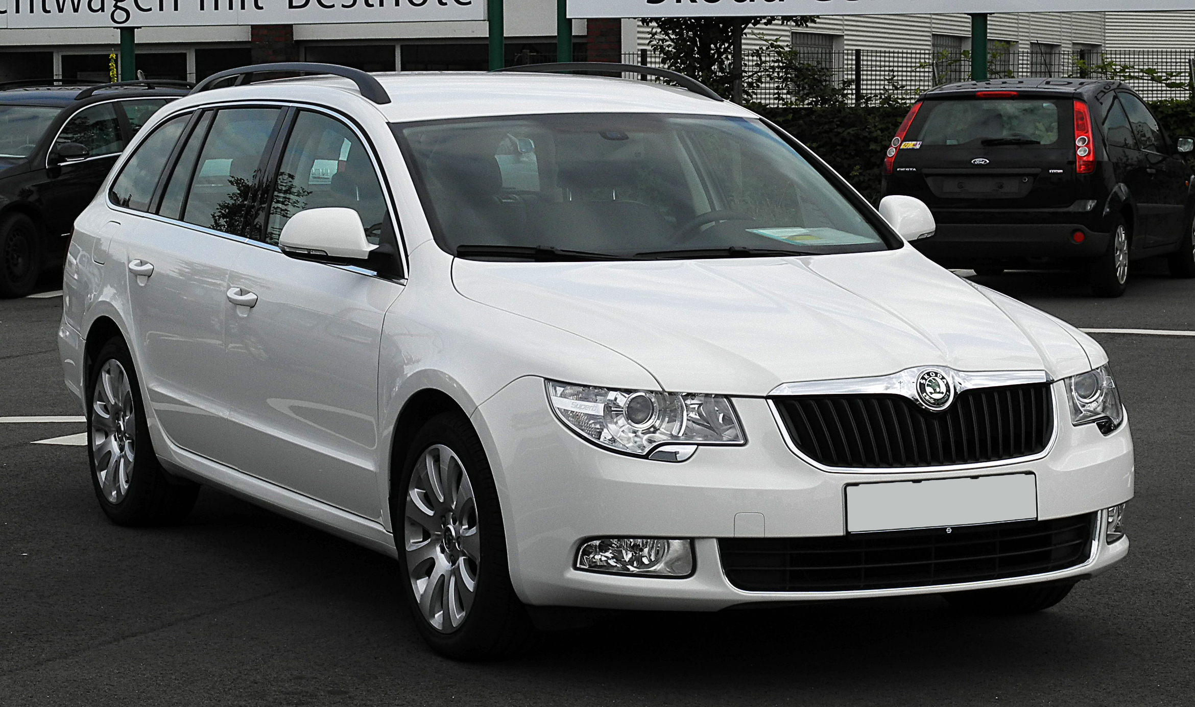 file skoda superb combi 2 0 tdi ambition ii frontansicht 2 juli 2011 d. Black Bedroom Furniture Sets. Home Design Ideas