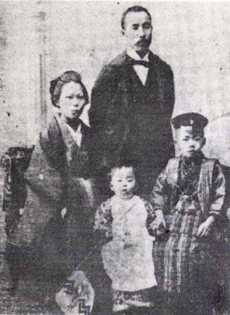 File:Young Ohsawa with his mother, father and little brother.jpg
