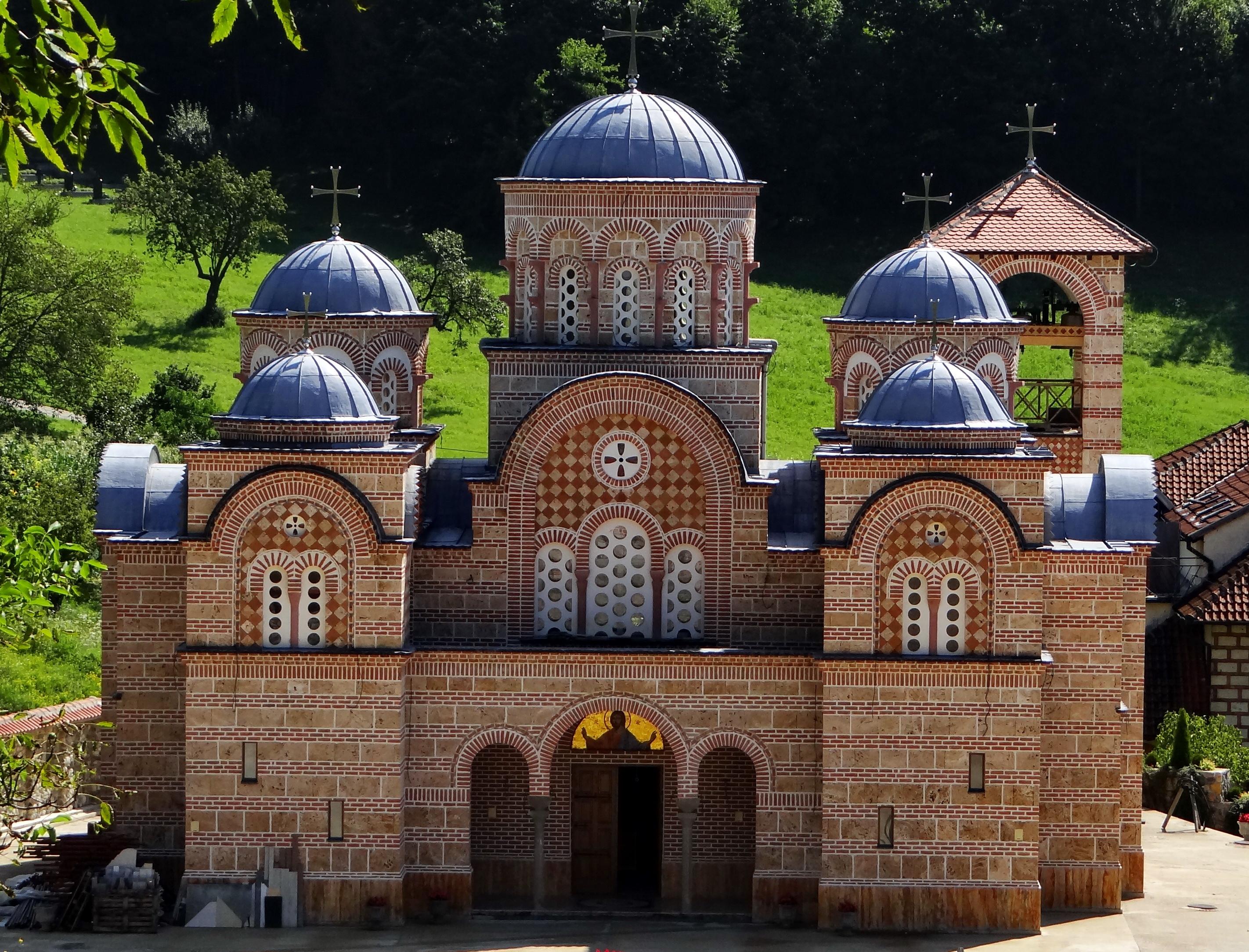 Sfantul Iustin Popovici cinstit in Manastirea Celije, in care acesta a vietuit, in Serbia. Vezi mai multe amanunte legate de eveniment.