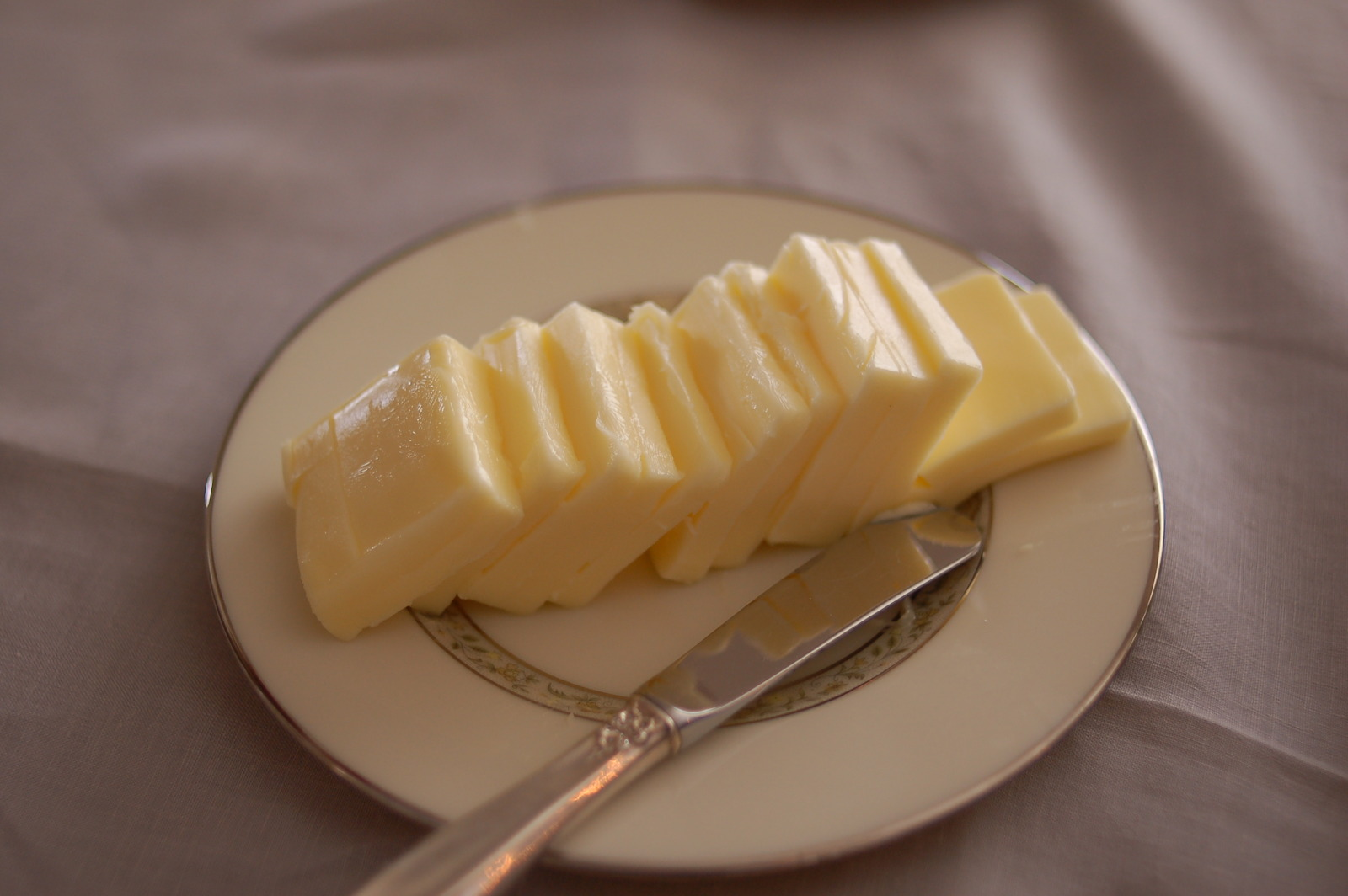 Description Butter with a butter knife.jpg