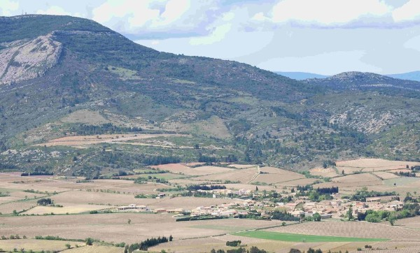 Vue générale de Camplong-d'Aude au pied, de montagne d'Alaric.