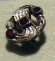 Cividale, man, fibula a S in argento dorato, da necropoli cella 06 con granati almandini.jpg