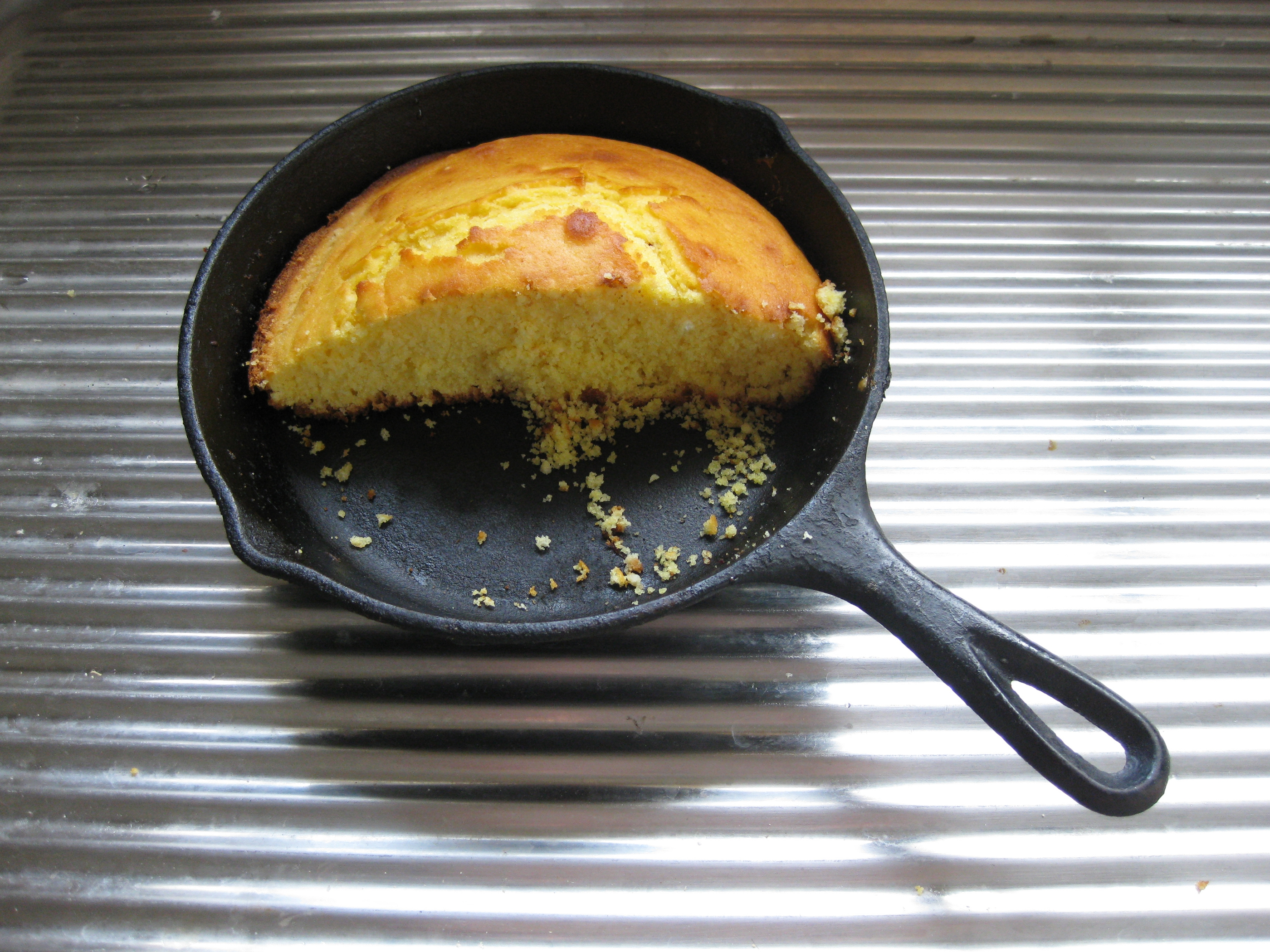 File:Cornbread in cast iron pan.jpg - Wikimedia Commons
