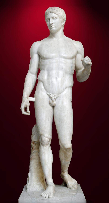 Esta copia romana del Doríforo de Policleto muestra tensión y relajamiento a la vez. Casi 2.500 años después de haberse esculpido, todavía conserva el esplendor de la época dorada de Grecia (hacia 450 a.C.- 440 a.C.)