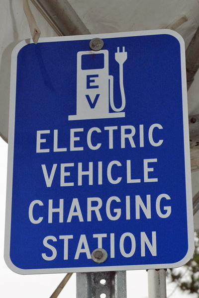 EV Signage wayfinding for charging stations. Image captured by Mariordo (Mario R. Duran Ortiz) of NCDOT communications and sourced from Wikimedia Commons.