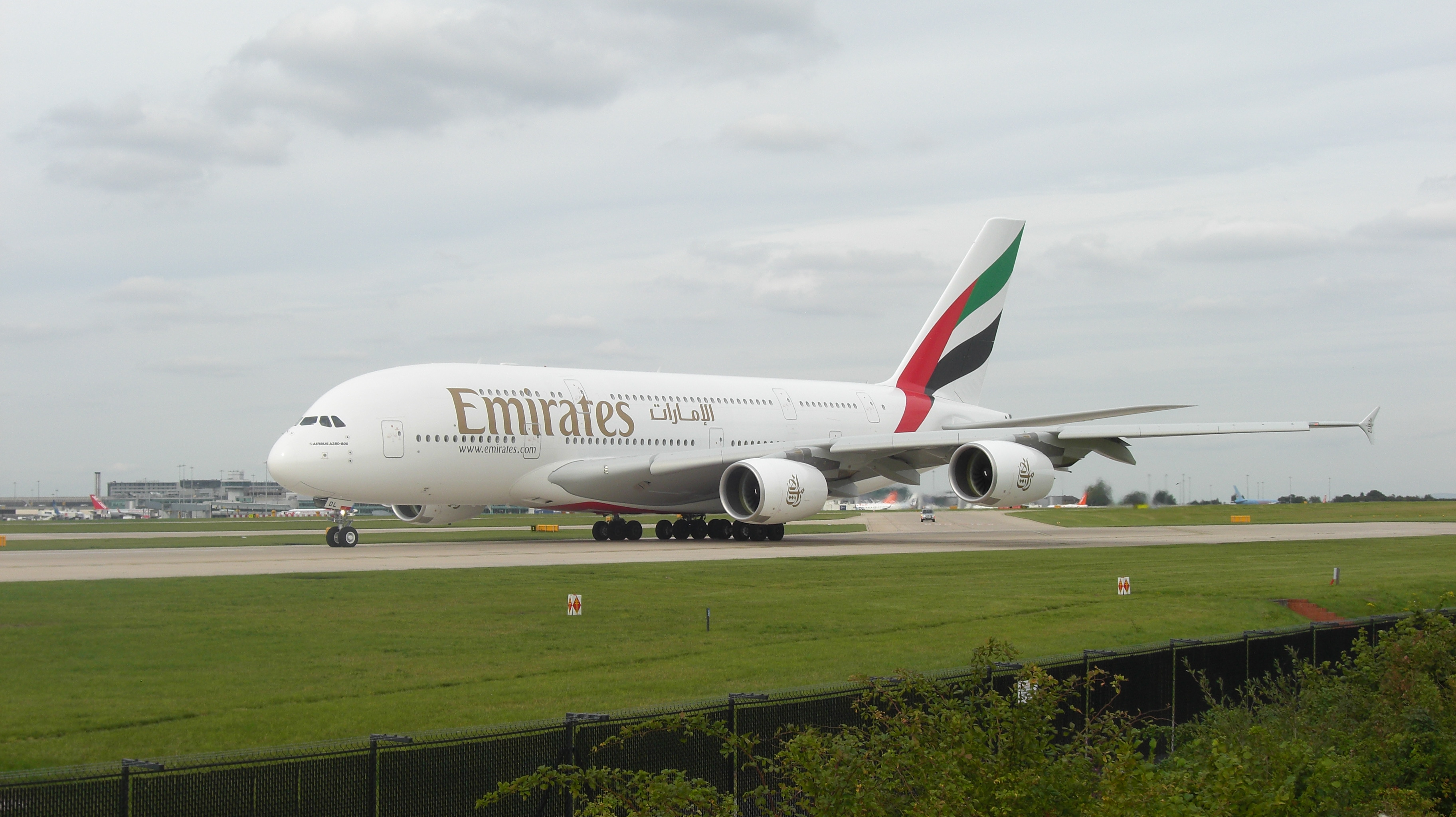 File Emirates A380 At Manchester Jpg Wikimedia Commons