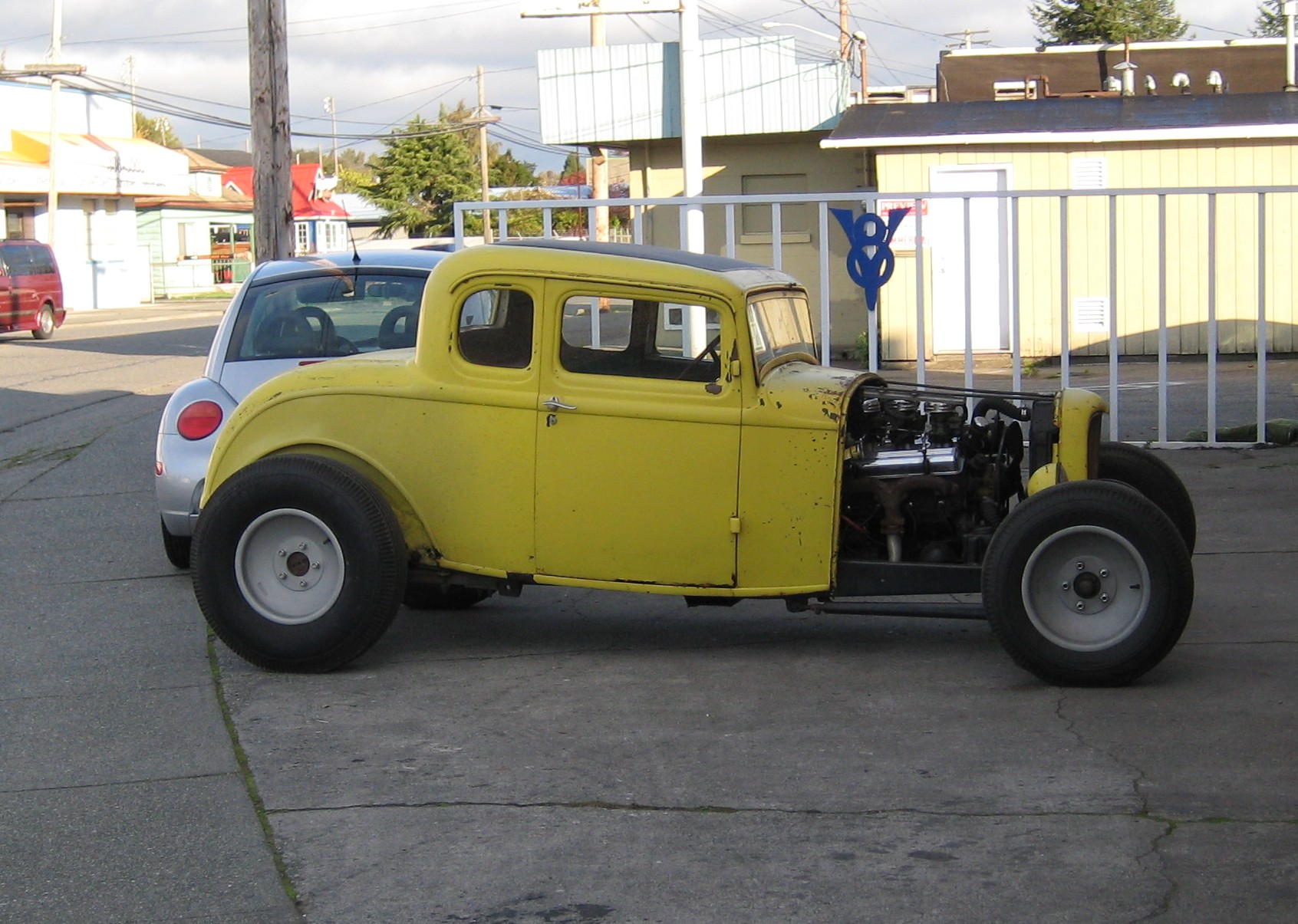 File:Flickr - Hugo90 - Saw this old hot rod driving around Mount ...