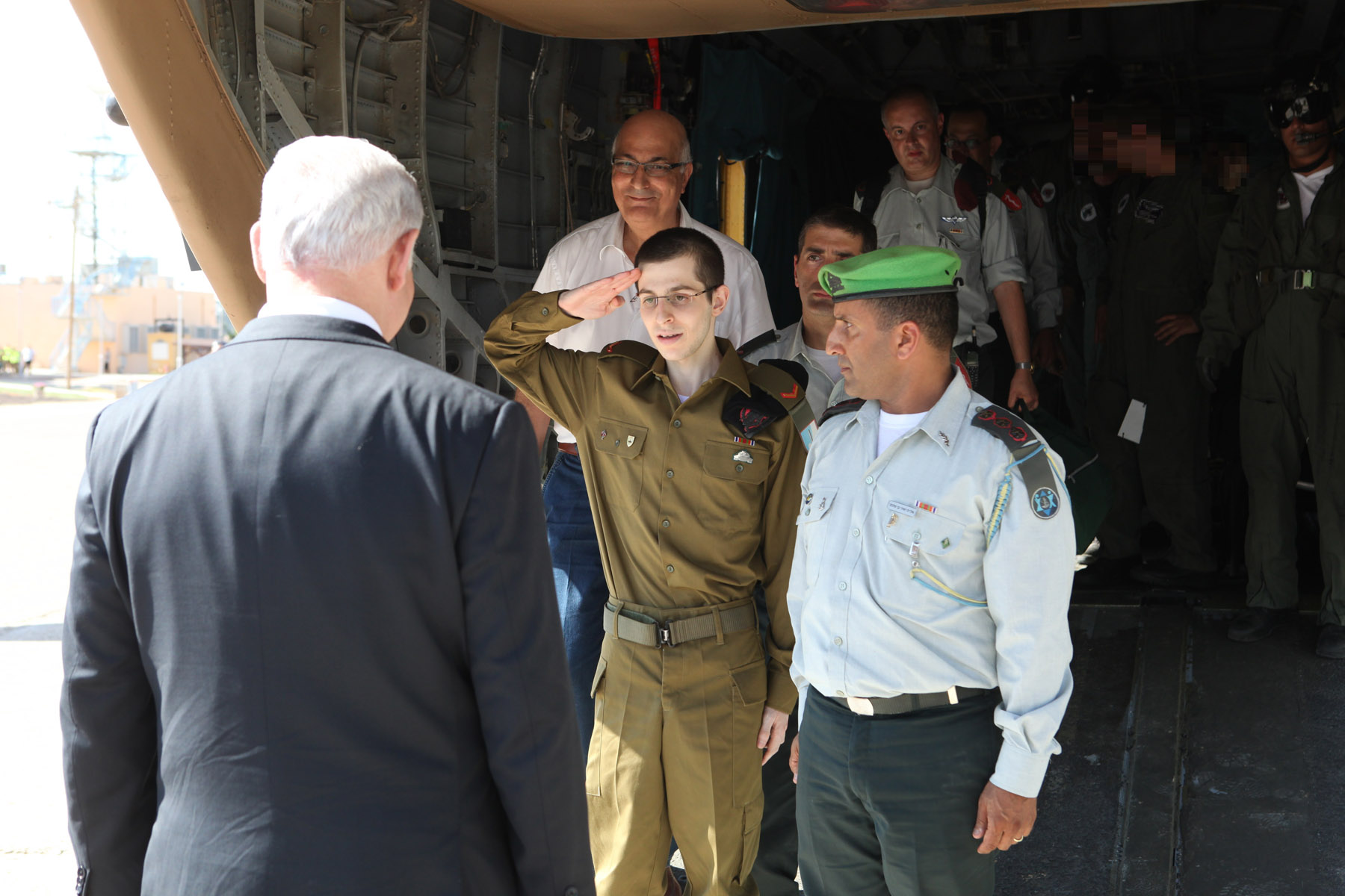 File:Flickr - Israel Defense Forces - Gilad Shalit Salutes Israel Prime  Minister Benjamin Netanyahu.jpg - Wikimedia Commons