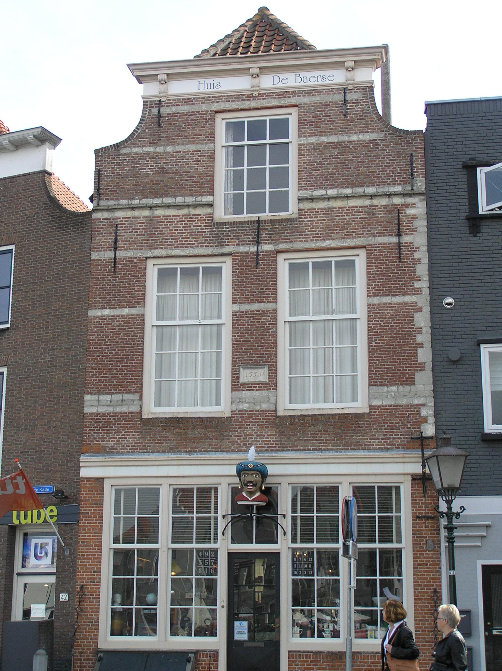 Huis de baerse pand met geverfde ingezwenkte lijstgevel for Lijst inrichting huis