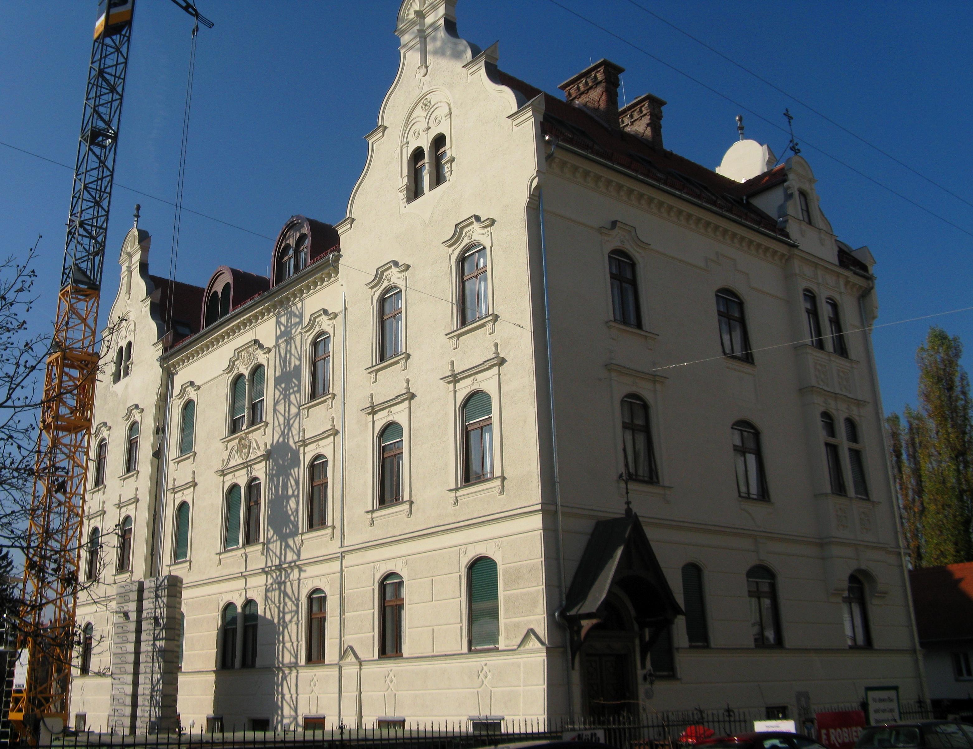 File Graz Priesterheim mit Nebengebäude und Zaun Grabenkirche