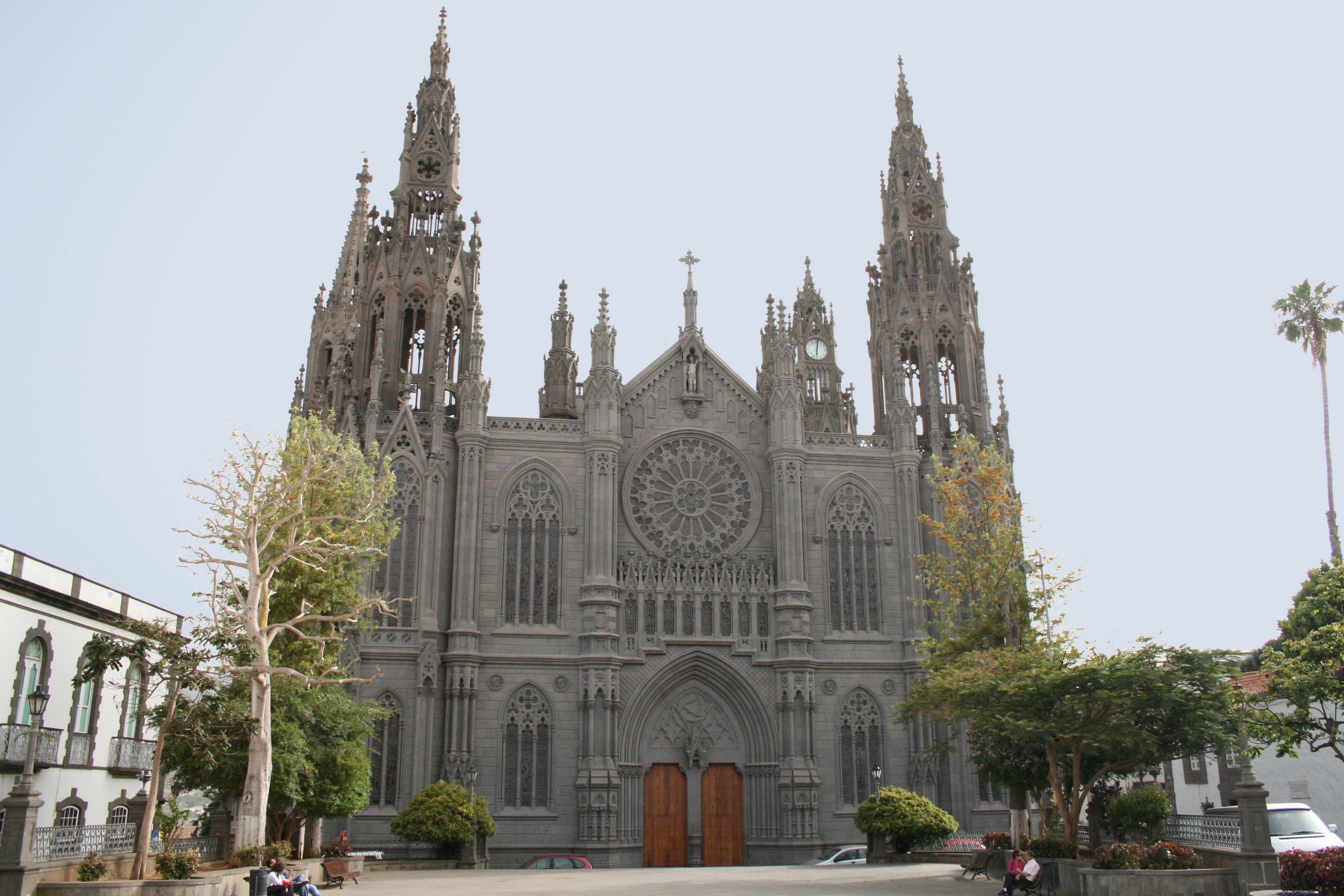 http://upload.wikimedia.org/wikipedia/commons/b/b5/Iglesia_de_Arucas.jpg