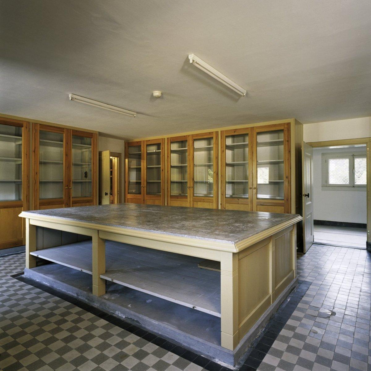 file interieur overzicht van de porseleinkamer gelegen