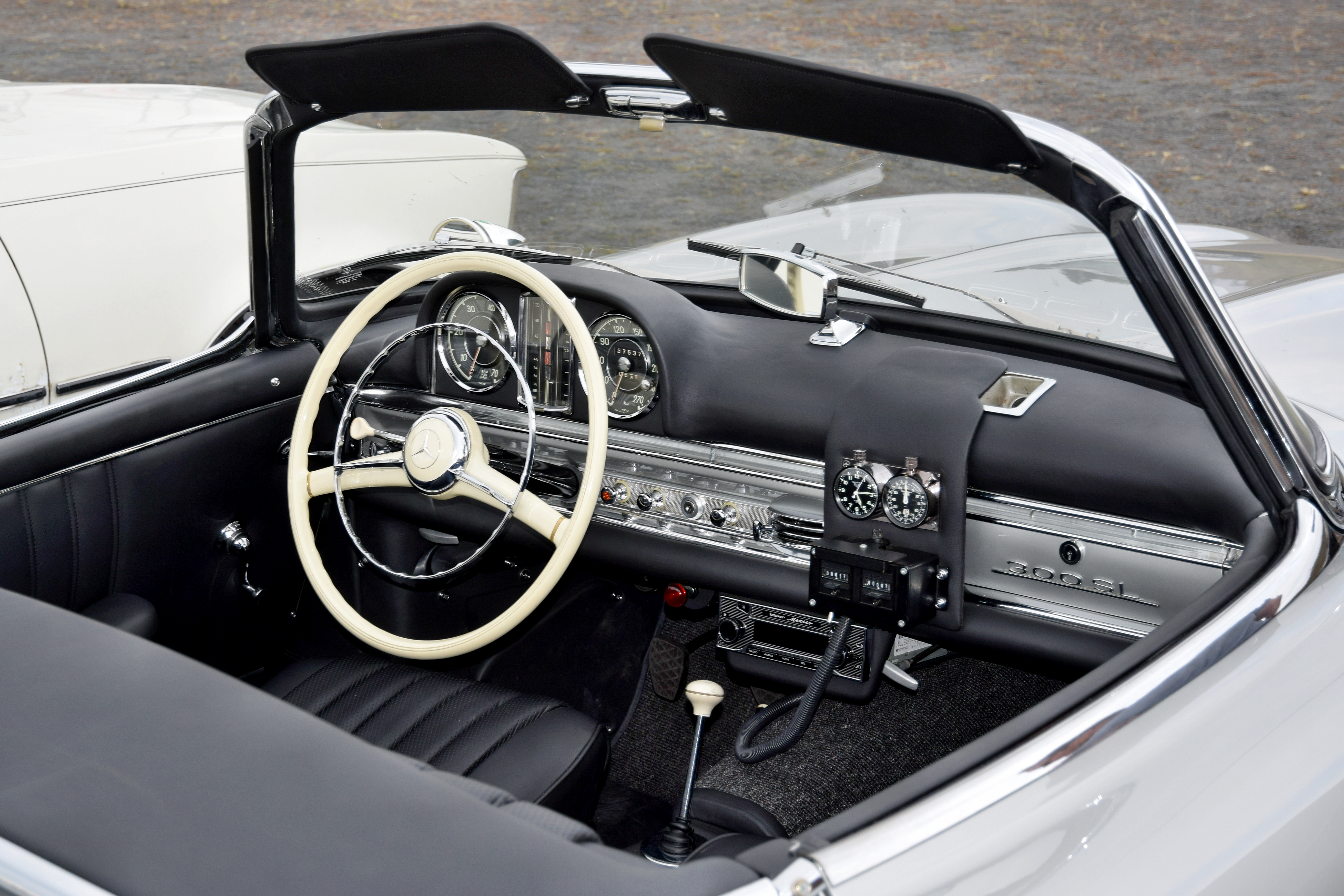 https://upload.wikimedia.org/wikipedia/commons/b/b5/Interieur_Mercedes_300_SL_Cabrio.jpg
