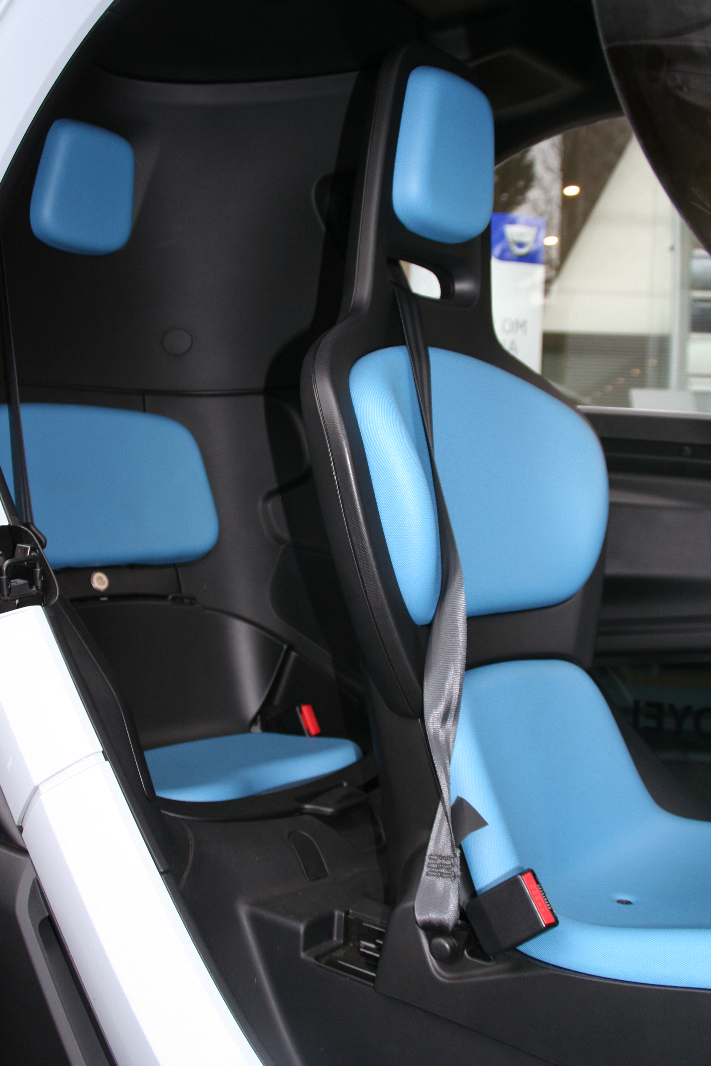 https://upload.wikimedia.org/wikipedia/commons/b/b5/Interieur_Renault_Twizy.JPG