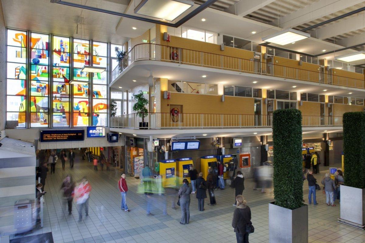 fileinterieur overzicht grote hal met zicht op ramen met kunstwerken in gekleurd glas
